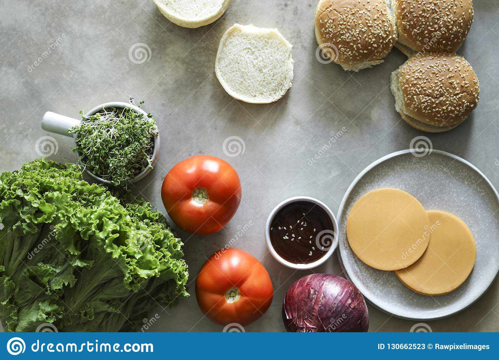 Flatlay de ingredientes da receita do cheeseburger do vegetariano