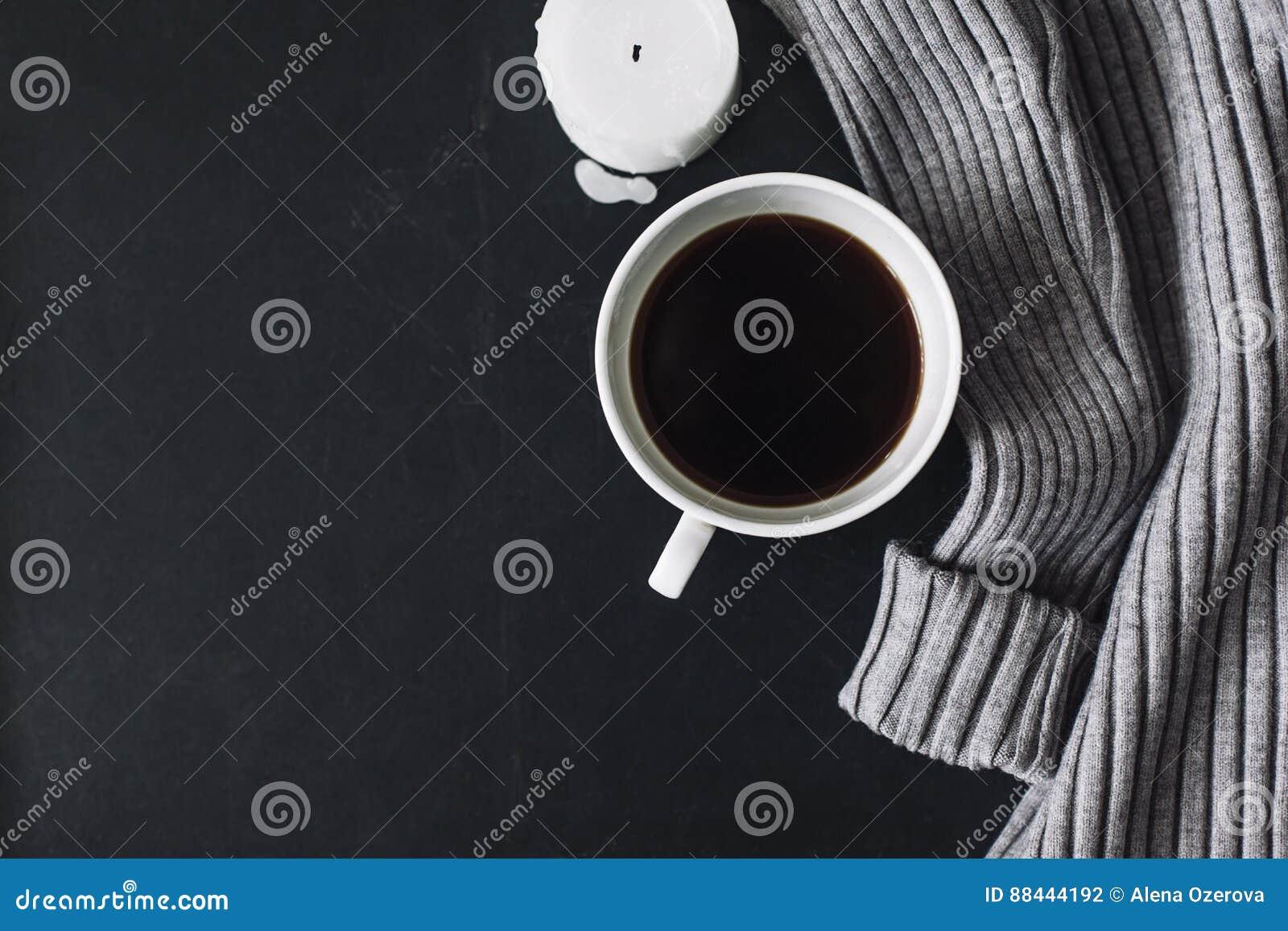 Flatlay del suéter y del café del invierno