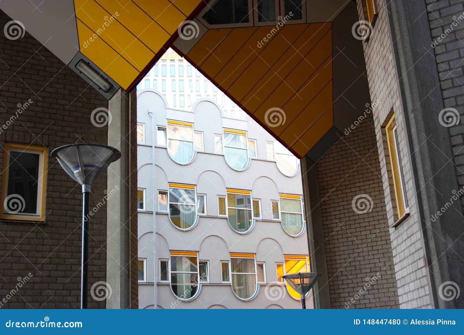 Flats en bureaus binnen de kubieke huizen van Rotterdam, metropolitaanse stad