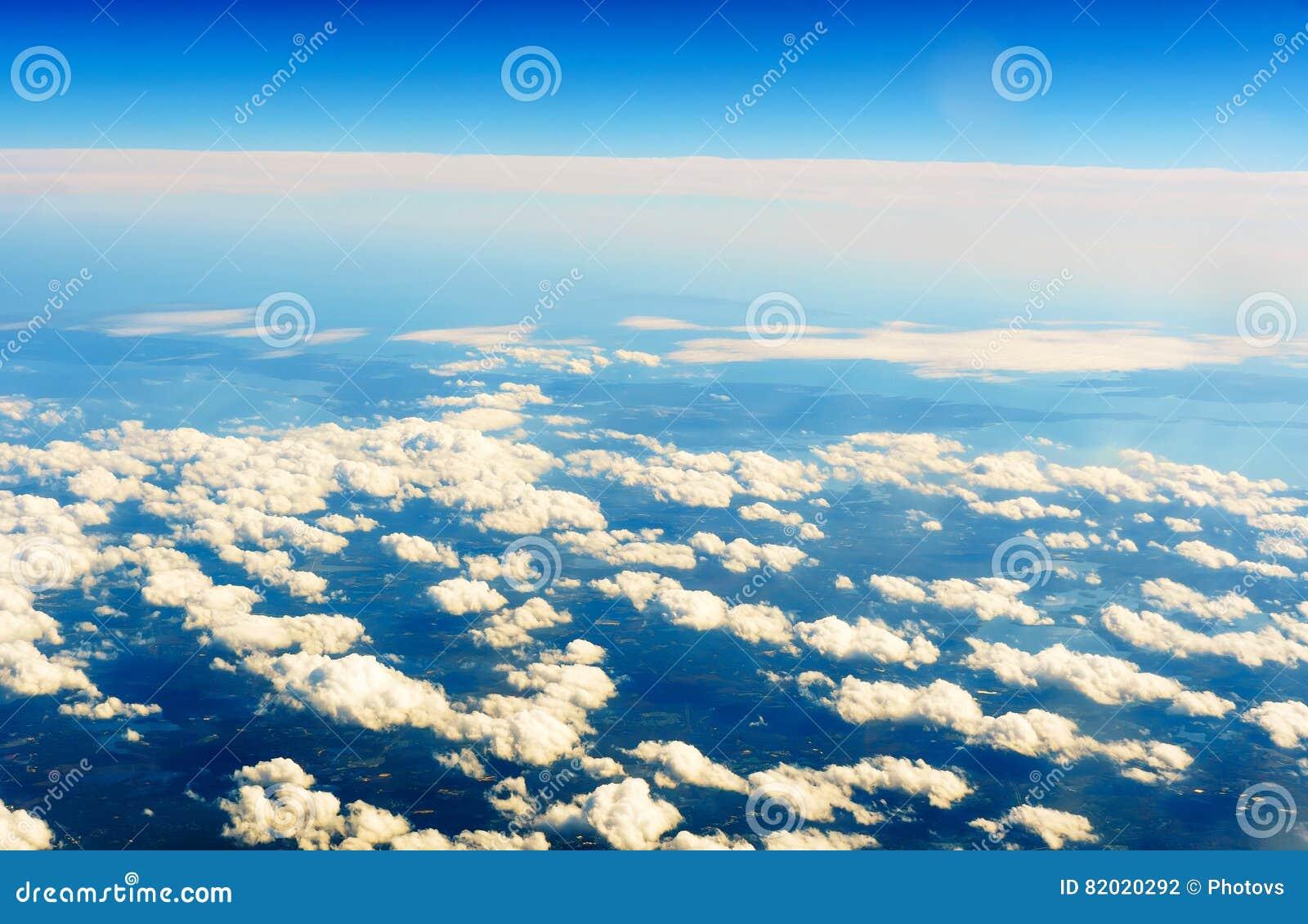 Flaumige Weiße Wolken Und Blauer Himmel Gesehen Vom Flugzeug ...