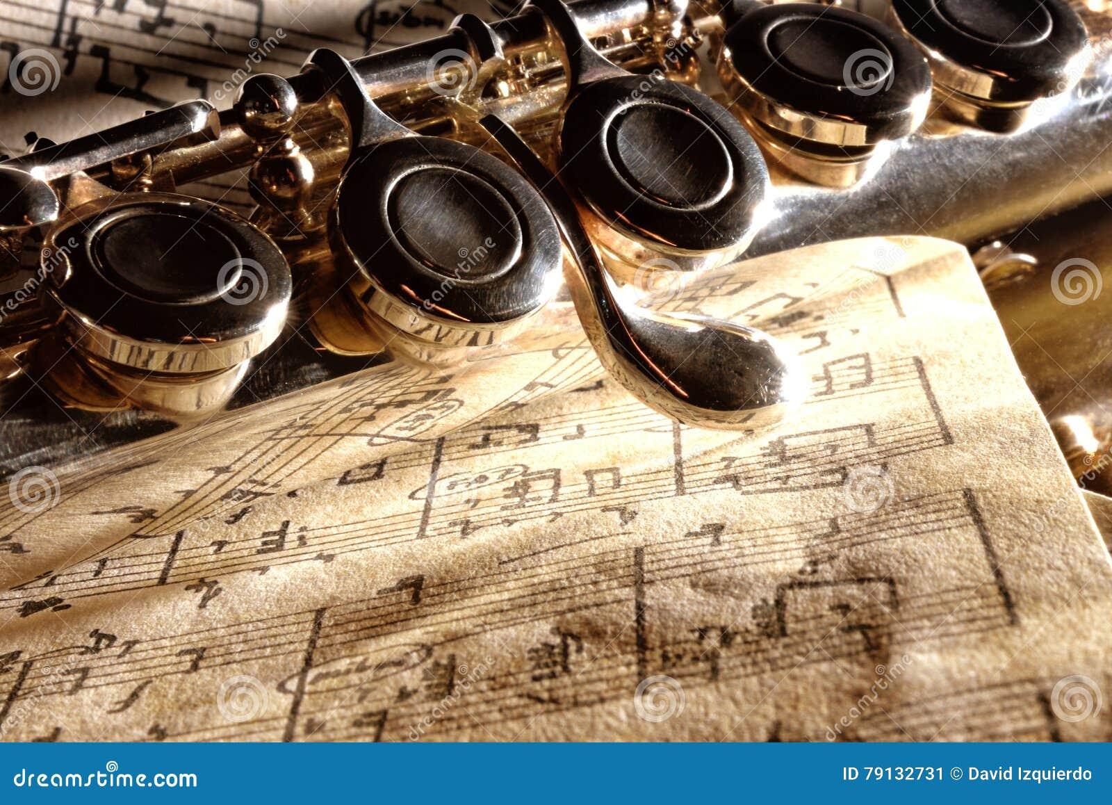 Flauto traverso del dettaglio su vecchia partitura scritta - Tavola posizioni flauto traverso ...