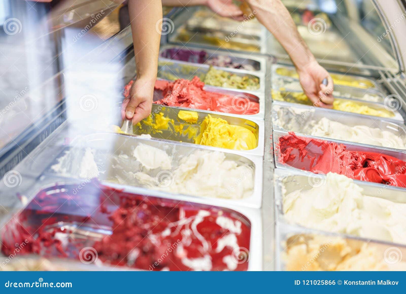Flavors o vário gelado em Roma, Itália Italiano Gelateria Variedade do gelato colorido na mostra do café