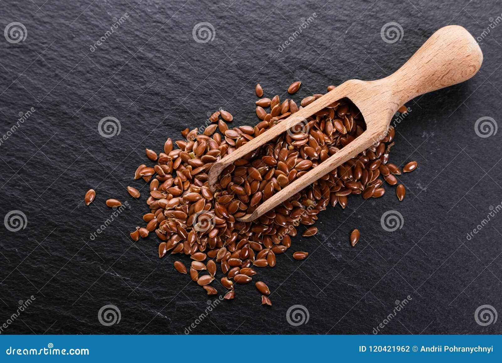 Flaxseed i olej na nieociosanym tle