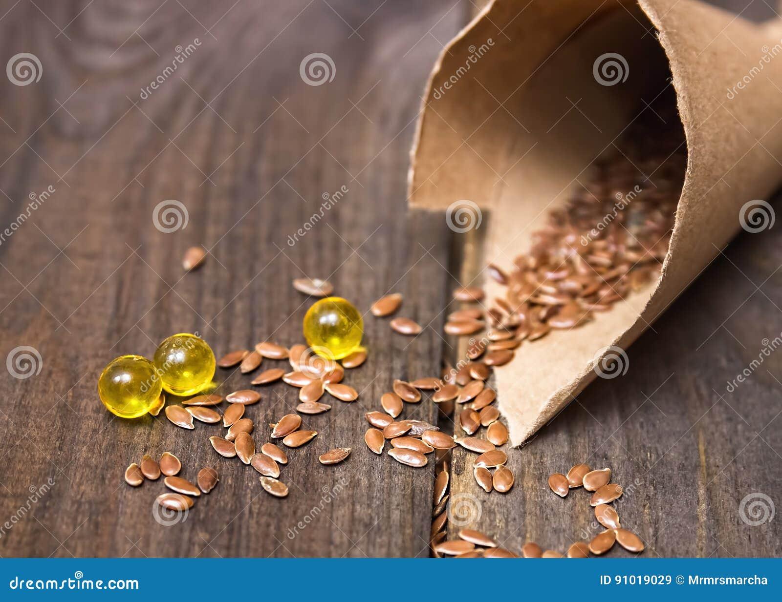 Flaxseed olej w nakrętkach na drewnianym tle Ziołolecznictwo