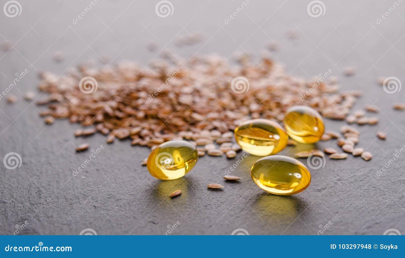 Flaxseed olej w nakrętkach na popielatym tle