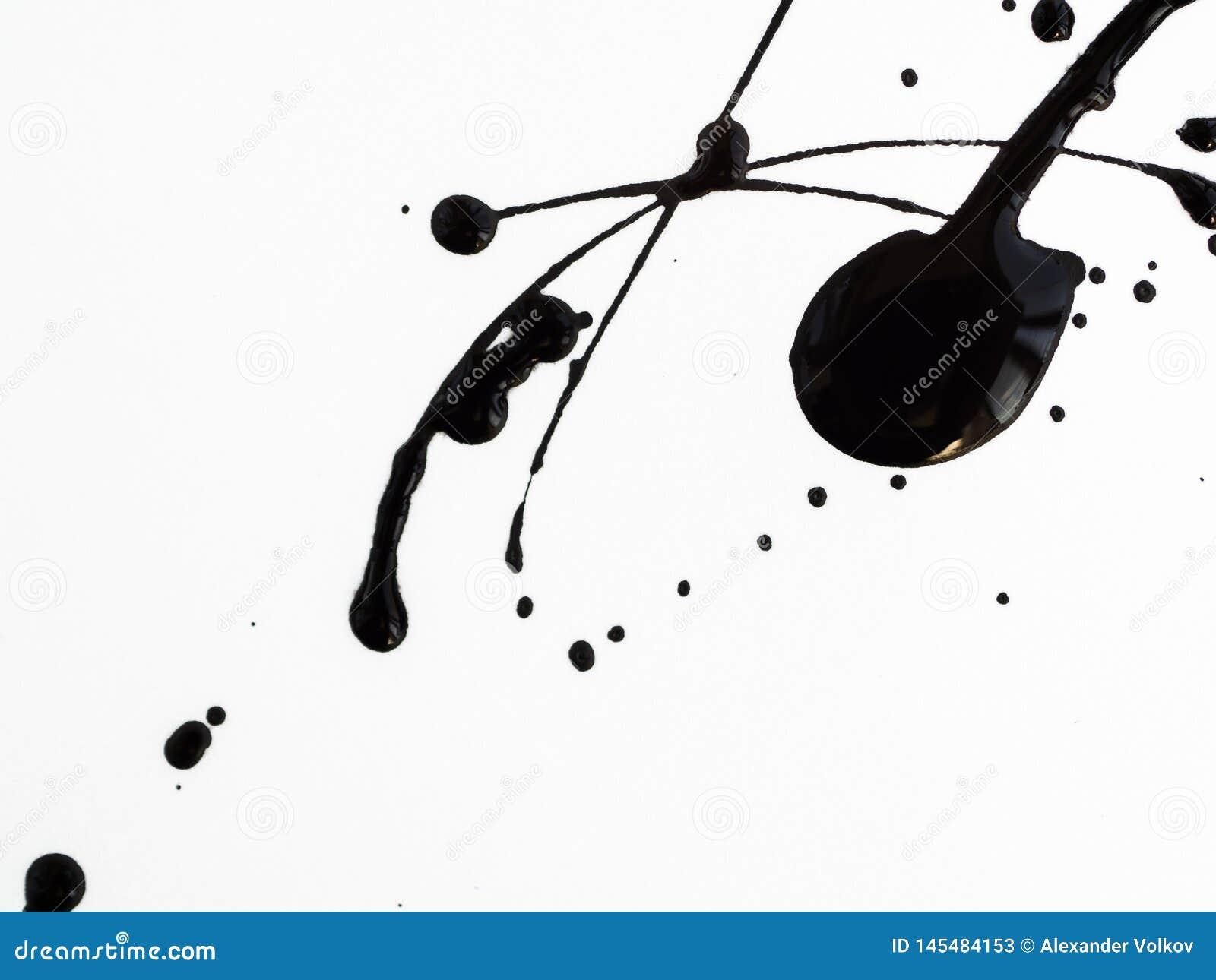 Fleck l?sst die schwarze Farbe fallen, die auf wei?em Hintergrund lokalisiert wird Fl?ssiges Heiz?l spritzt, Tropfen und Spur