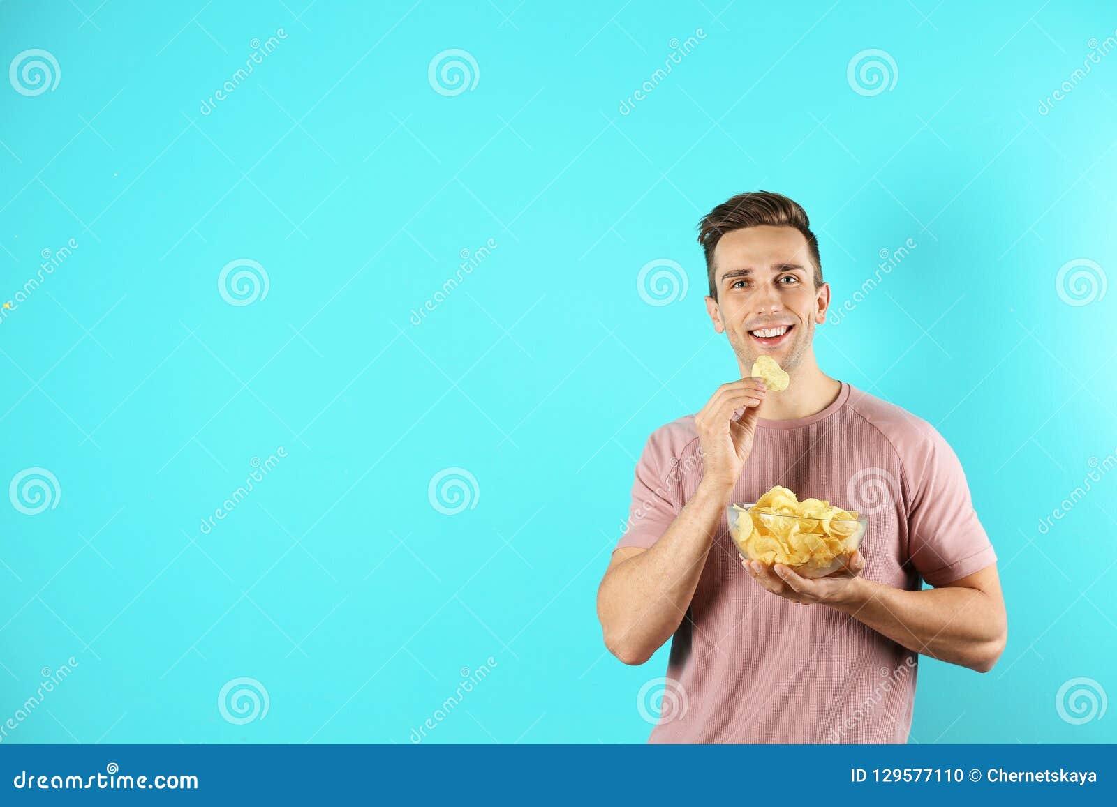 Fleisch fressende Kartoffelchips auf Farbhintergrund