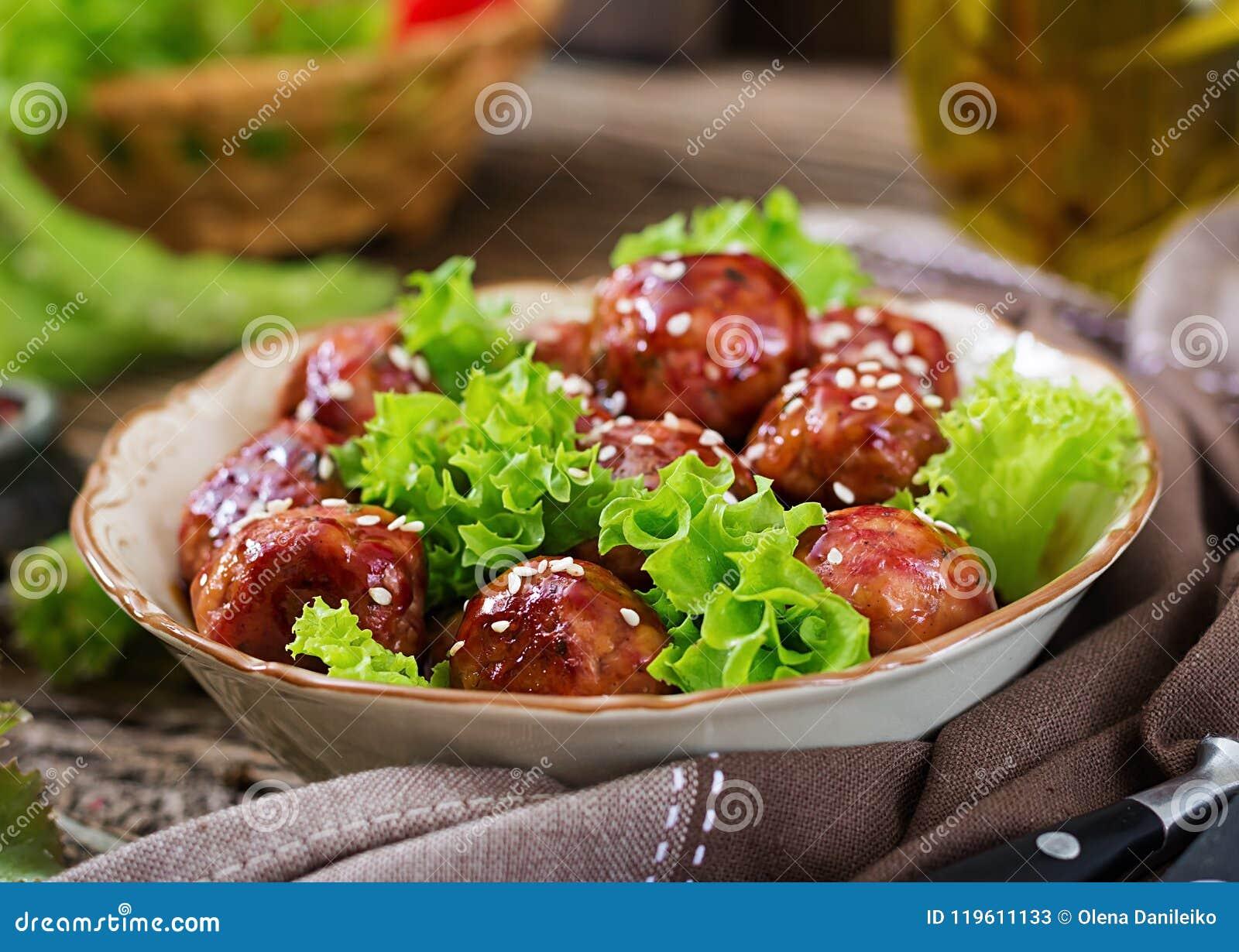 Fleischklöschen mit Rindfleisch in der süß-sauren Soße