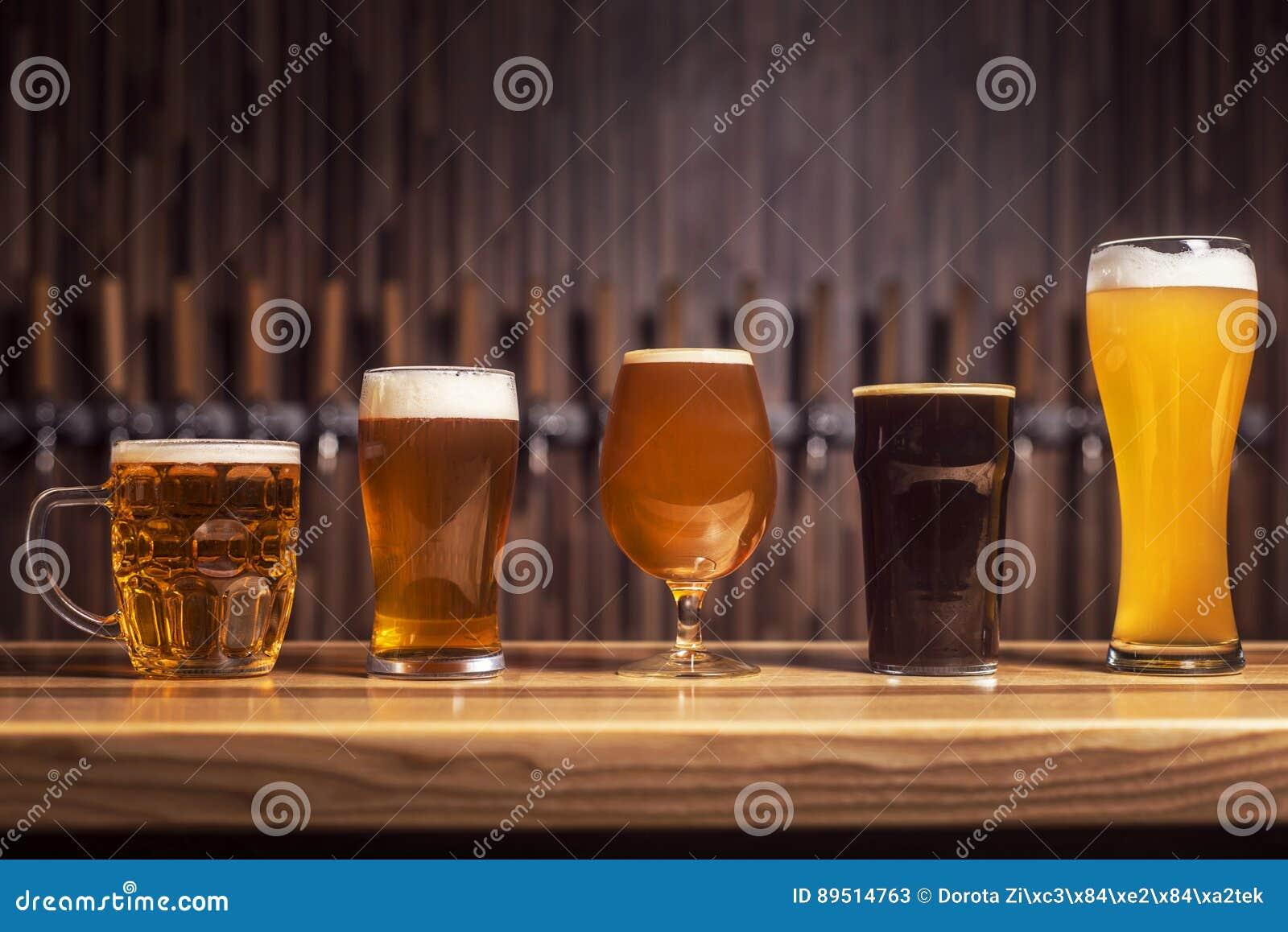 Flera olika öl står i rad på stången