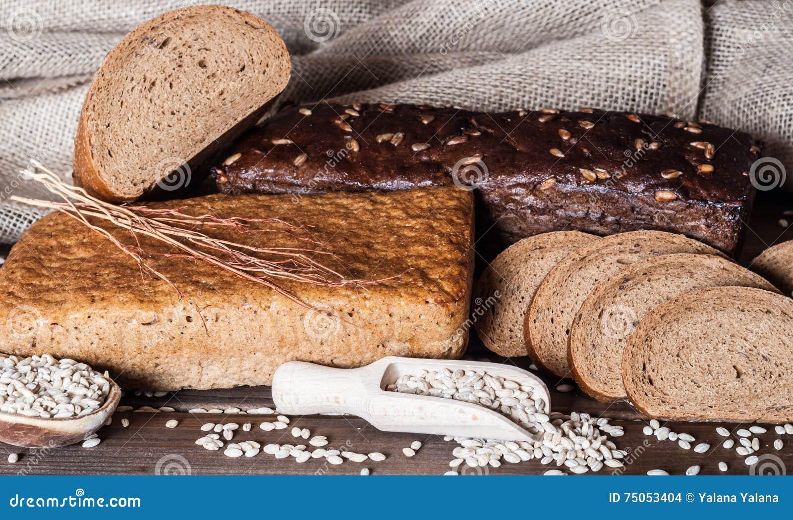 Flera sorter av av bröd på tabellen