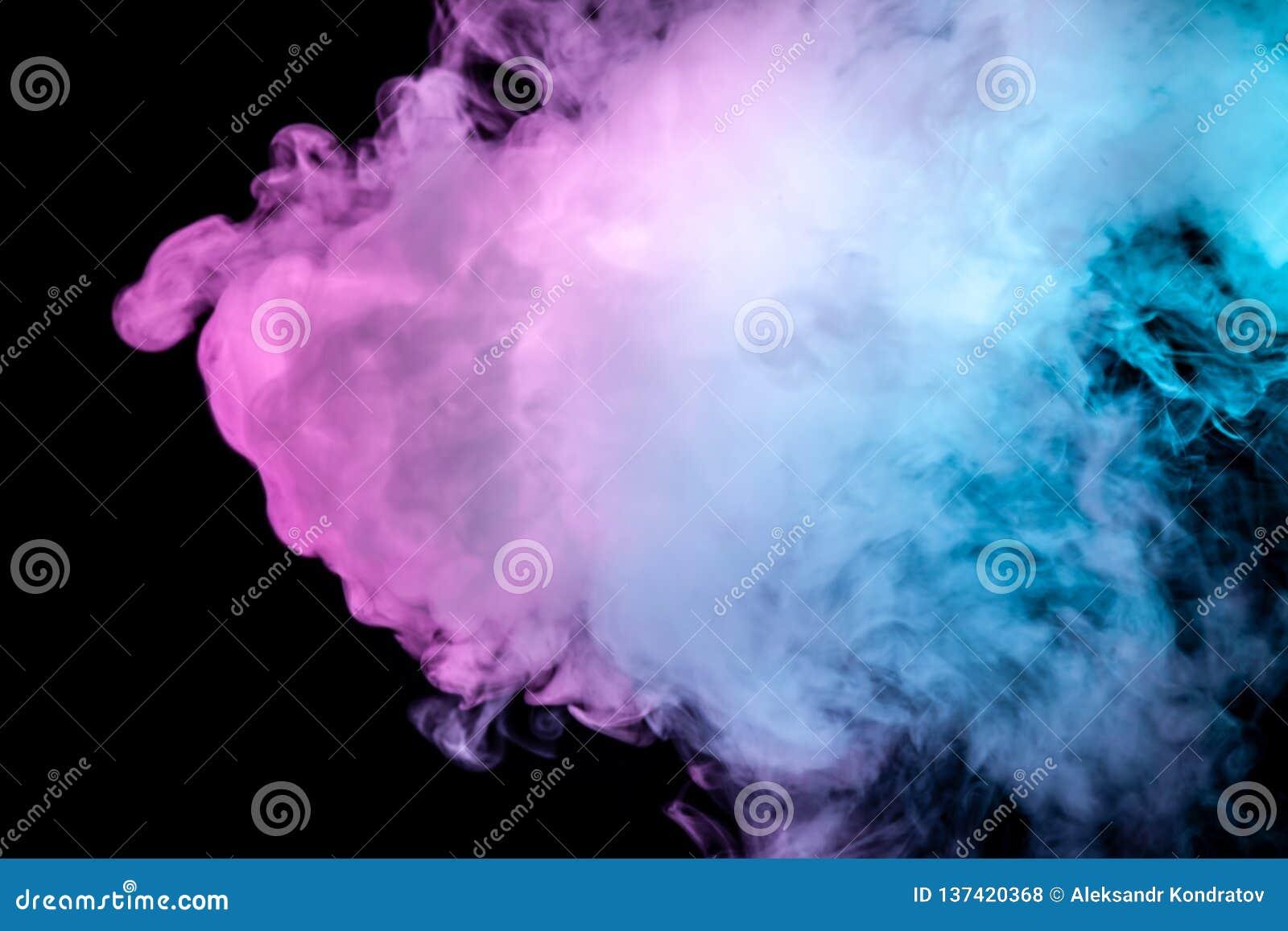 Flerfärgad tjock rök, exponerad av kulört i blått, purpurfärgat och rosa ljus mot en mörk svart isolerad bakgrund som svetsas