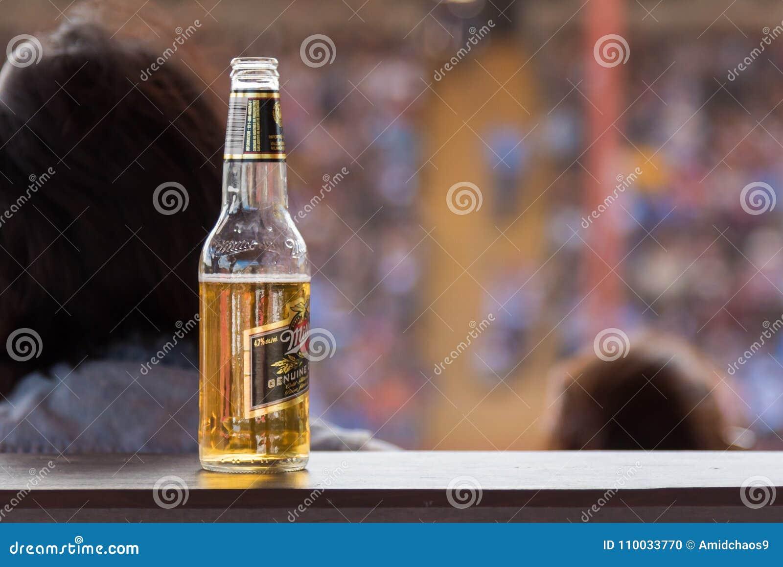 Fles geopend bier die op richel in arena rusten