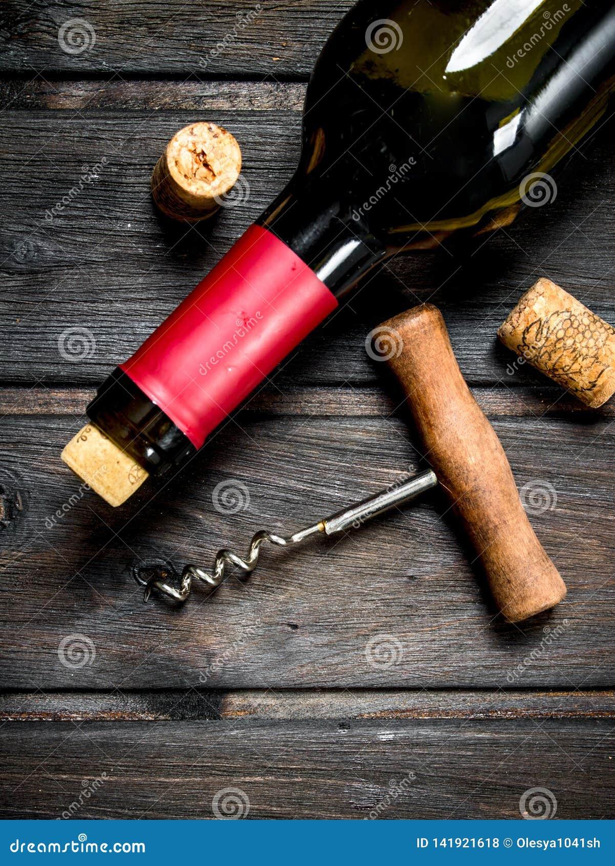 Fles rode wijn met een kurketrekker