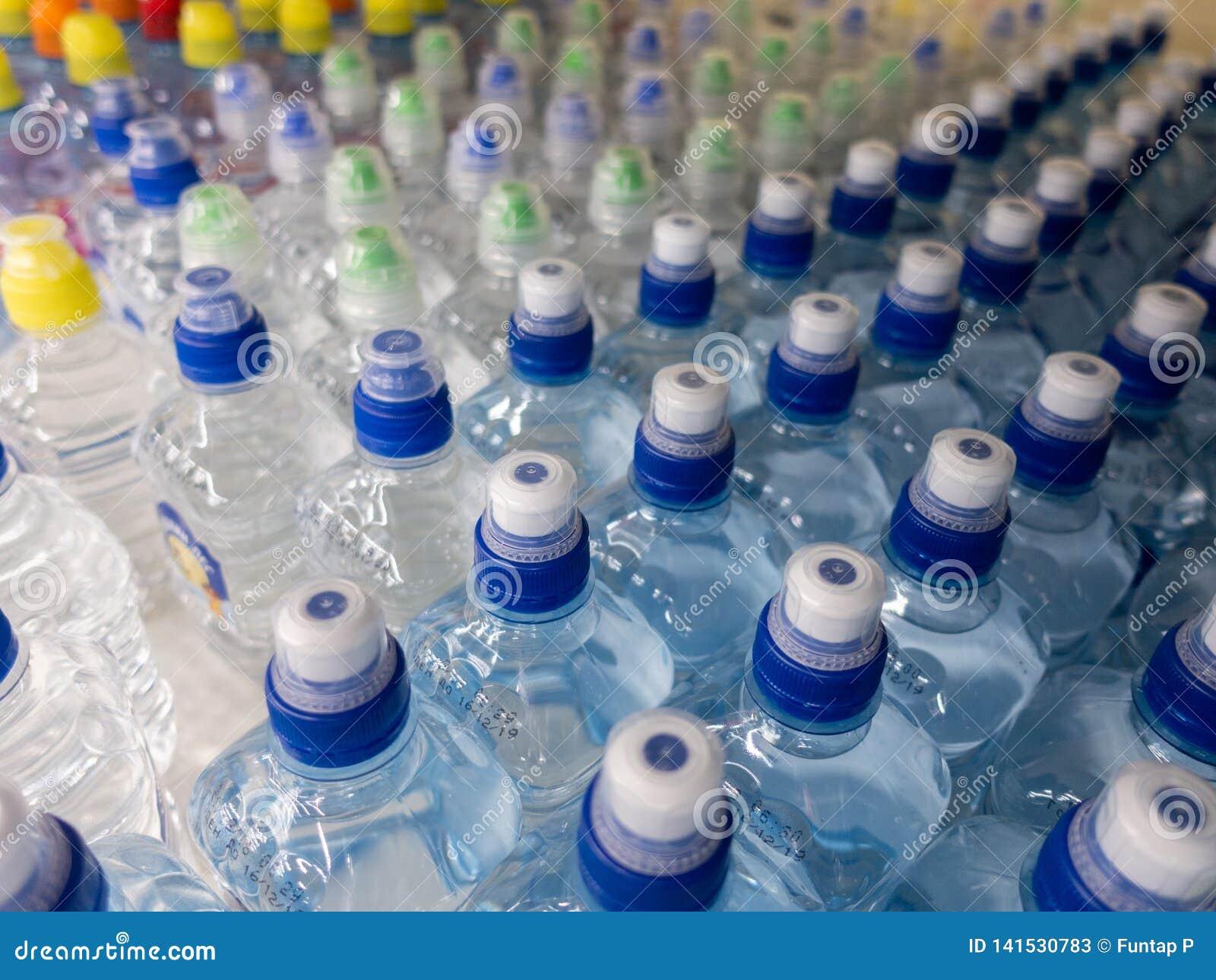 Fles van het deksel de plastic water in de markt multi-colored plastic kroonkurken