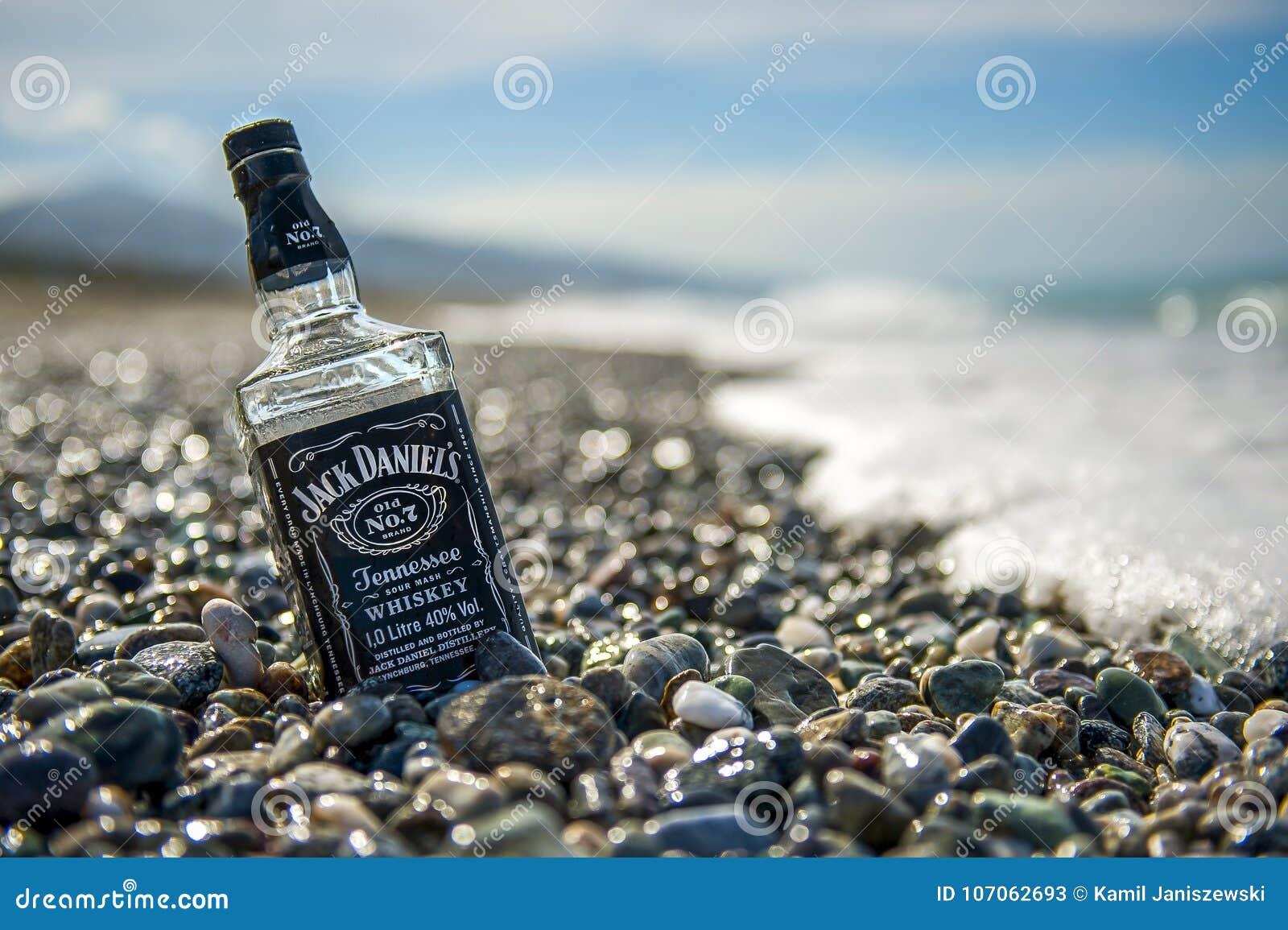 Onwijs Fles Van Jack Daniels Op Steenstrand Redactionele Stock Foto MS-32