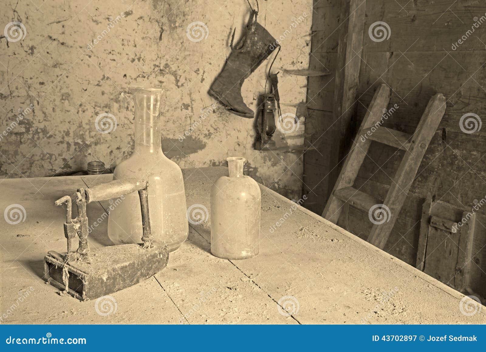 Flessen en het strijkijzer in de oude kamer stock foto beeld 43702897 - Het versieren van de tiener kamer ...