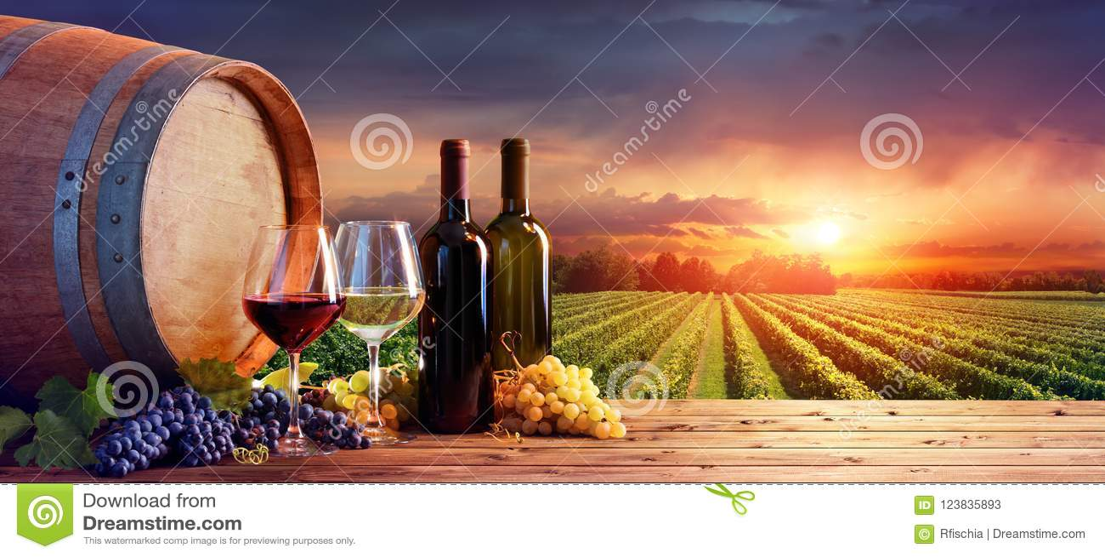 Flessen en Wijnglazen met Druiven en Vat