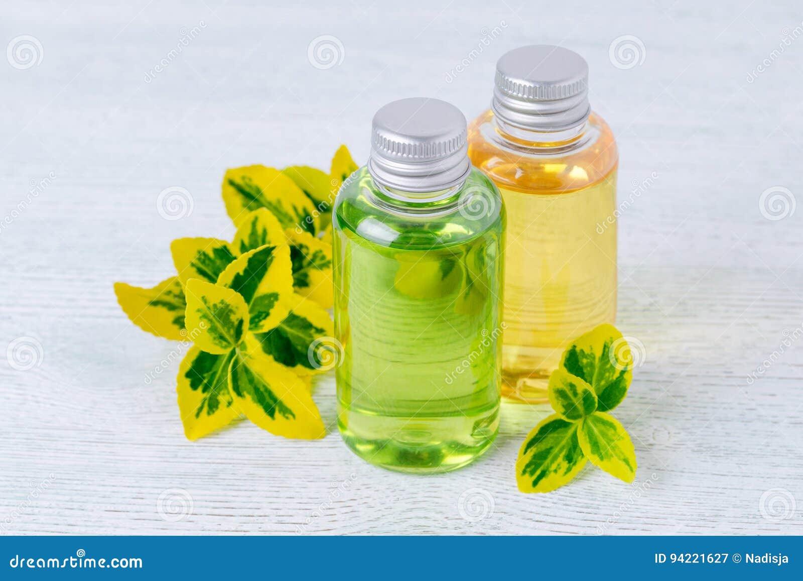 Flessen natuurlijke douchegel en shampoo met installaties