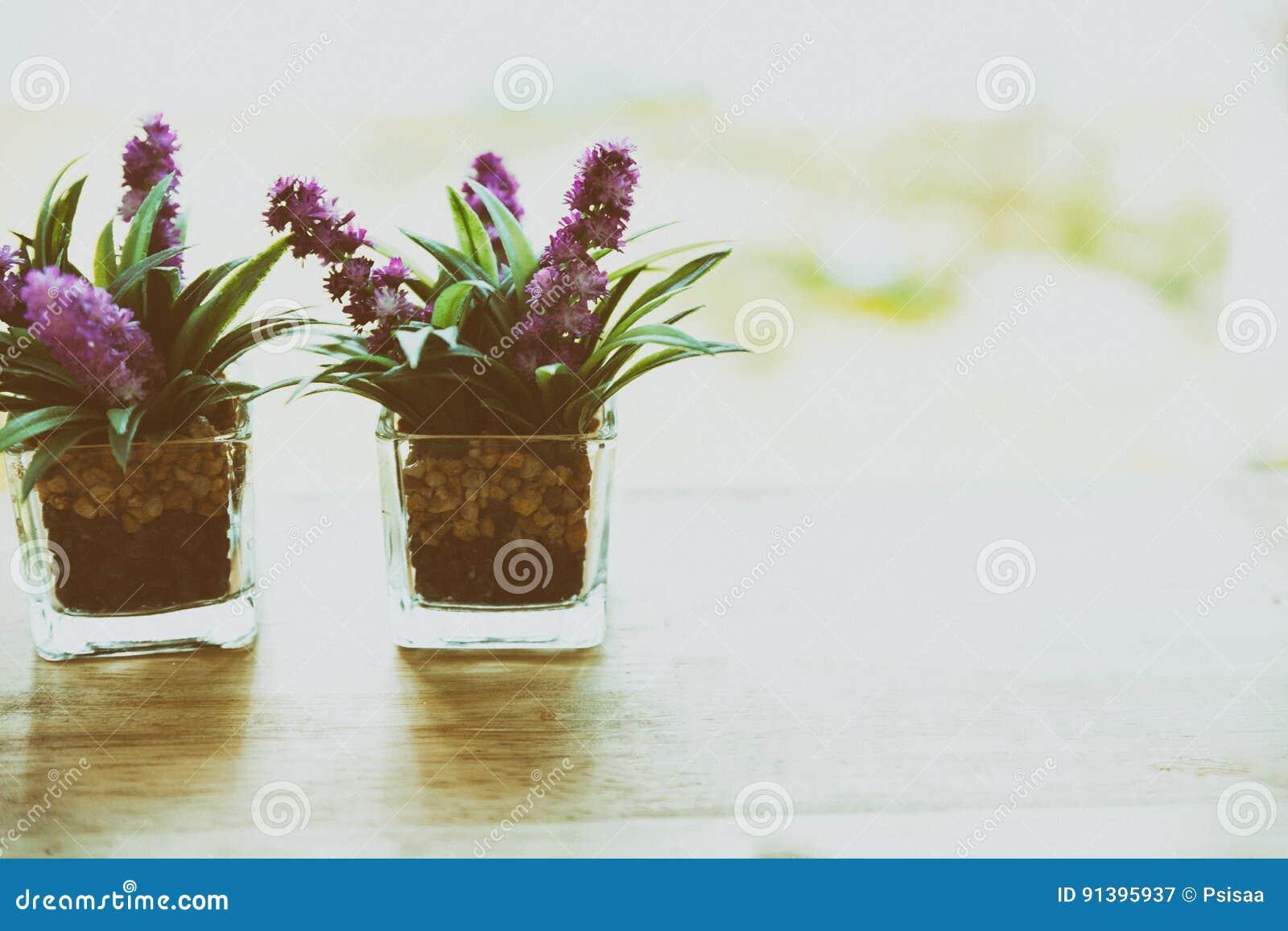 Fleur Artificielle Dans Le Petit Pot En Verre Sur Une Table En Bois