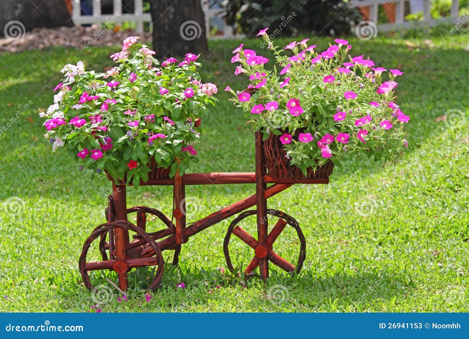 Fleur d cor e dans le jardin photos stock image 26941153 for Fleurs dans le jardin