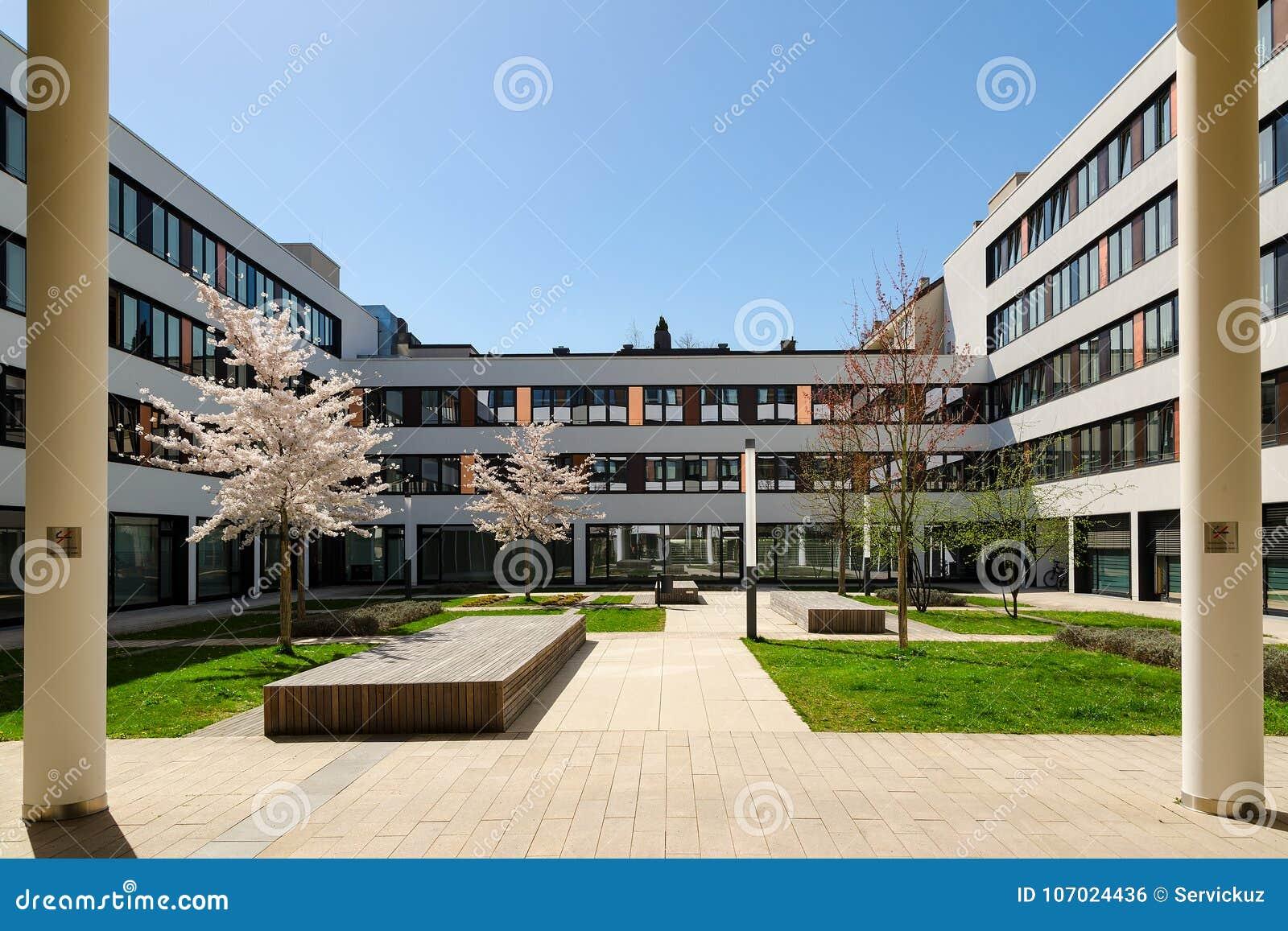 Façade colorée d un immeuble de bureaux moderne à deventer pays