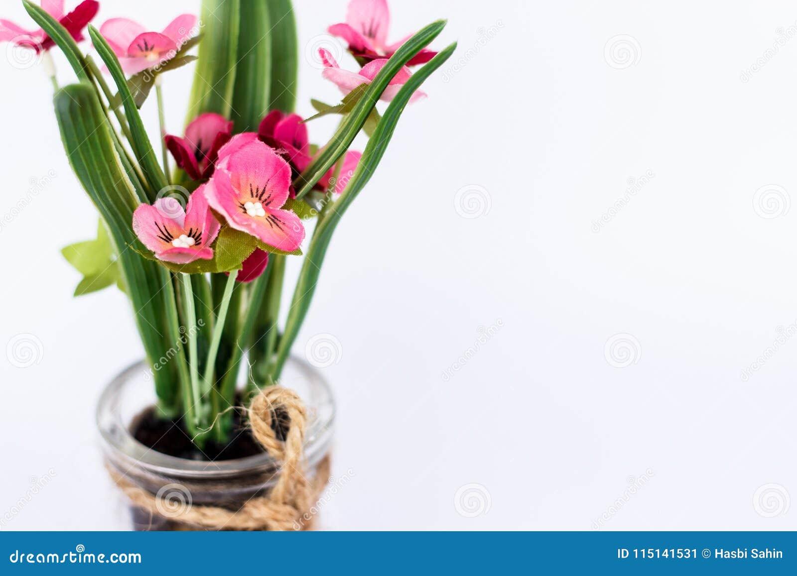 Gros Pot Fleur Plastique fleur en plastique rose d'isolement en plan rapproché en
