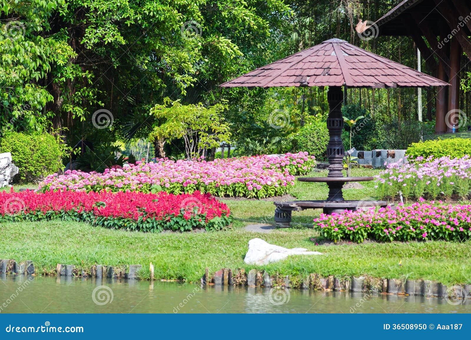 Fleur et arbre dans le jardin décoré