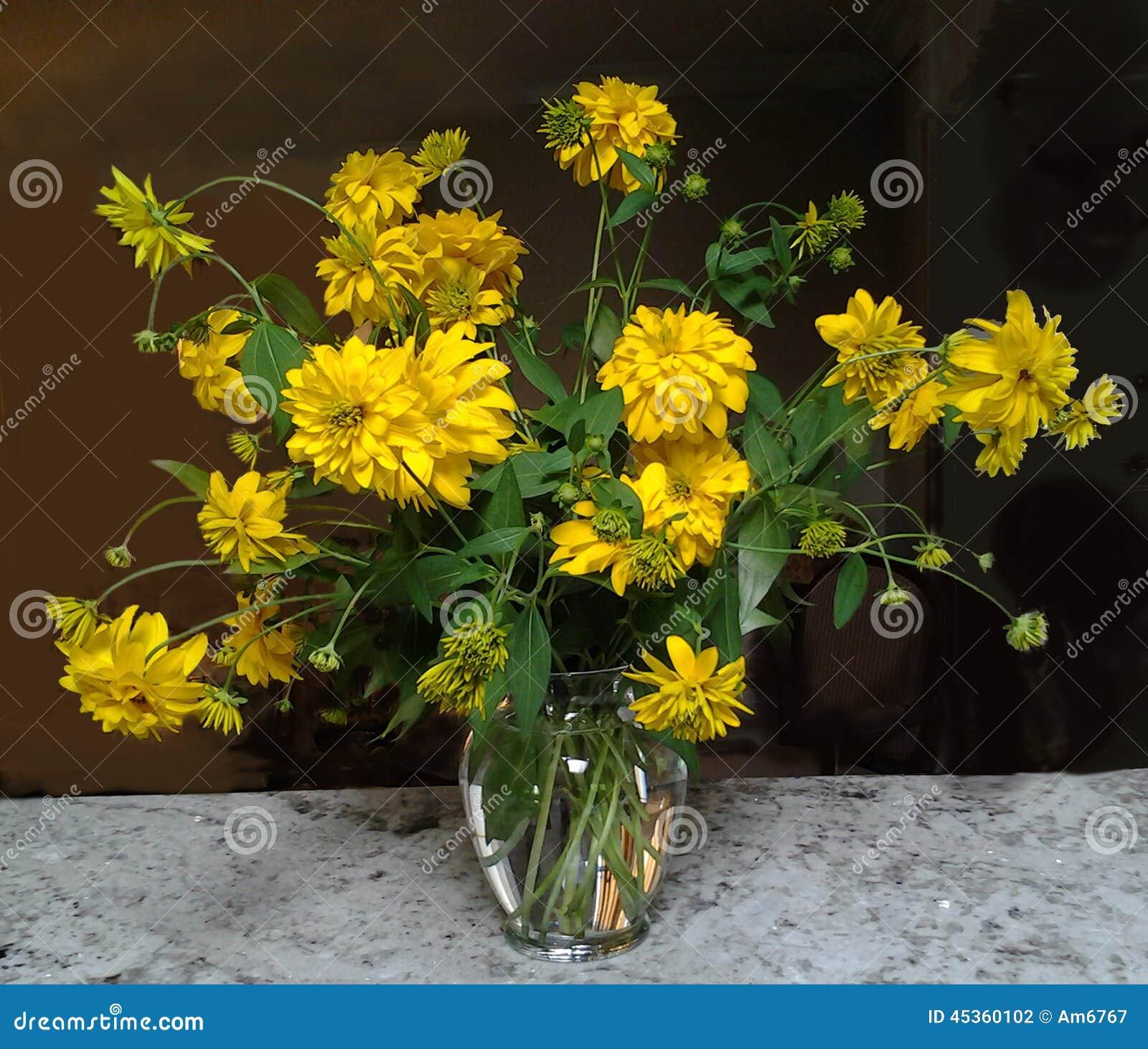 Fleur jaune dans un vase en verre