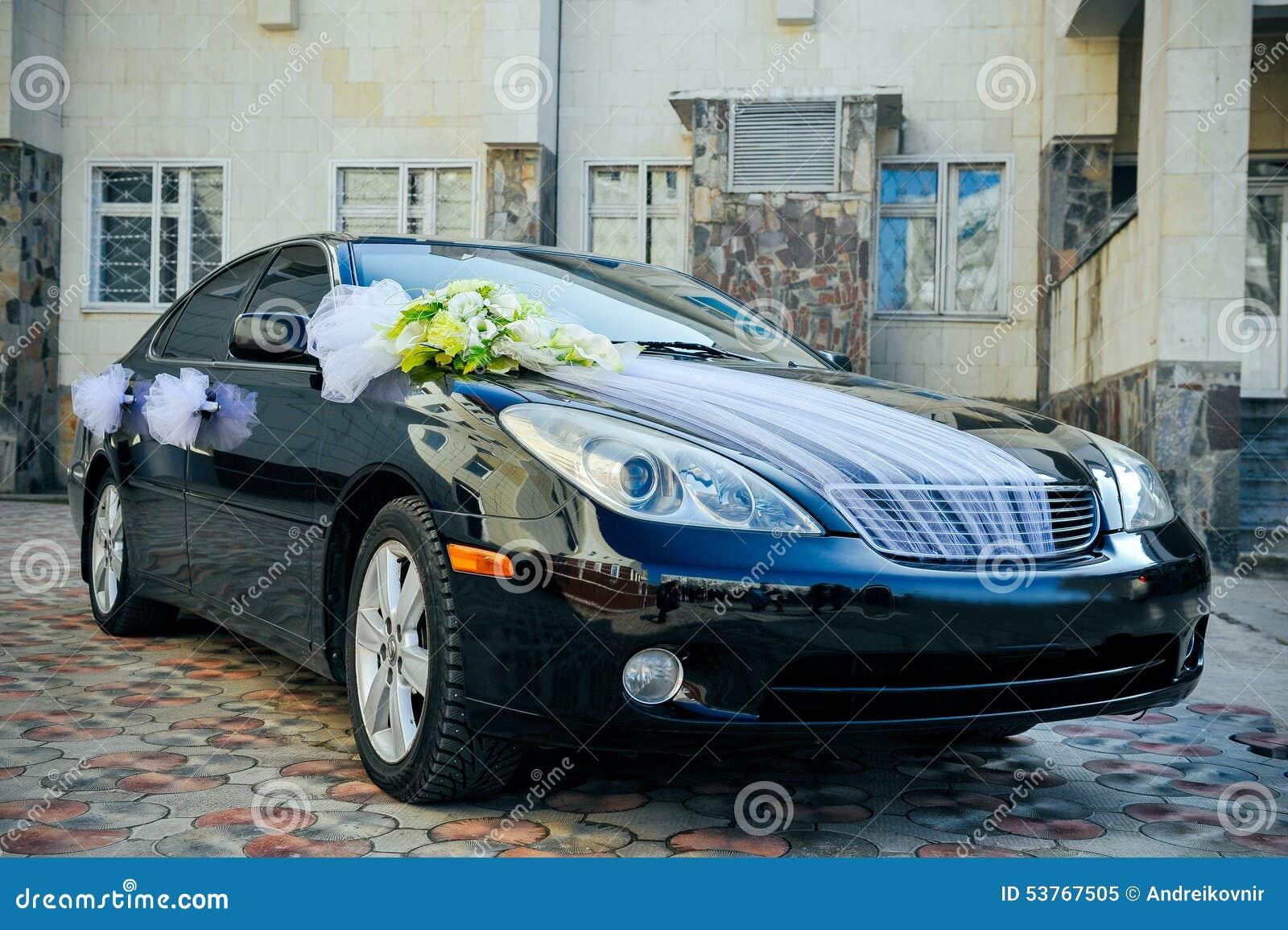 Fleur romantique de décoration de mariage sur la voiture de mariage ...