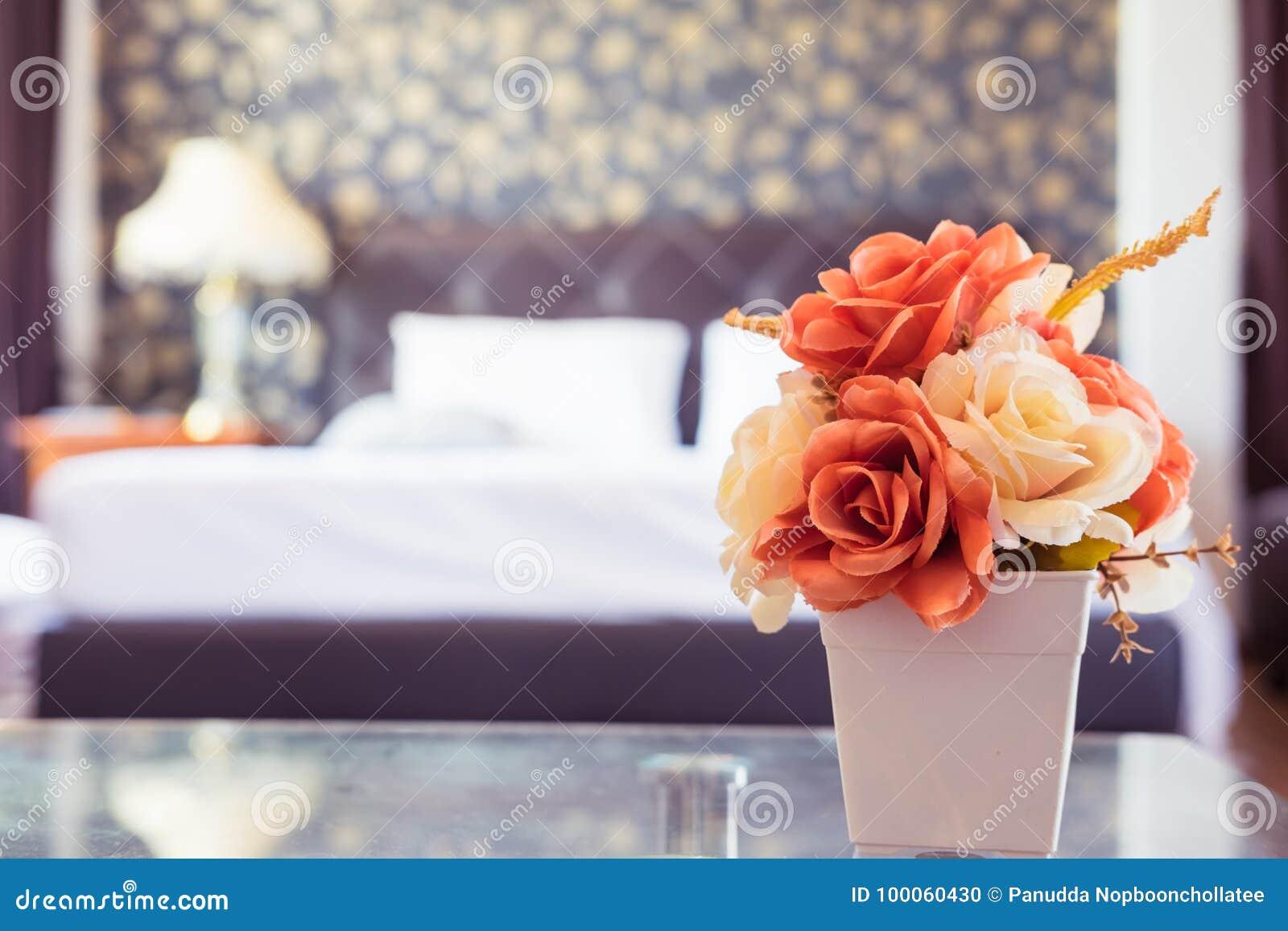 Belle Rose Orange Et Blanche Dans La Chambre à Coucher Avec Le Filtre De  Vintage