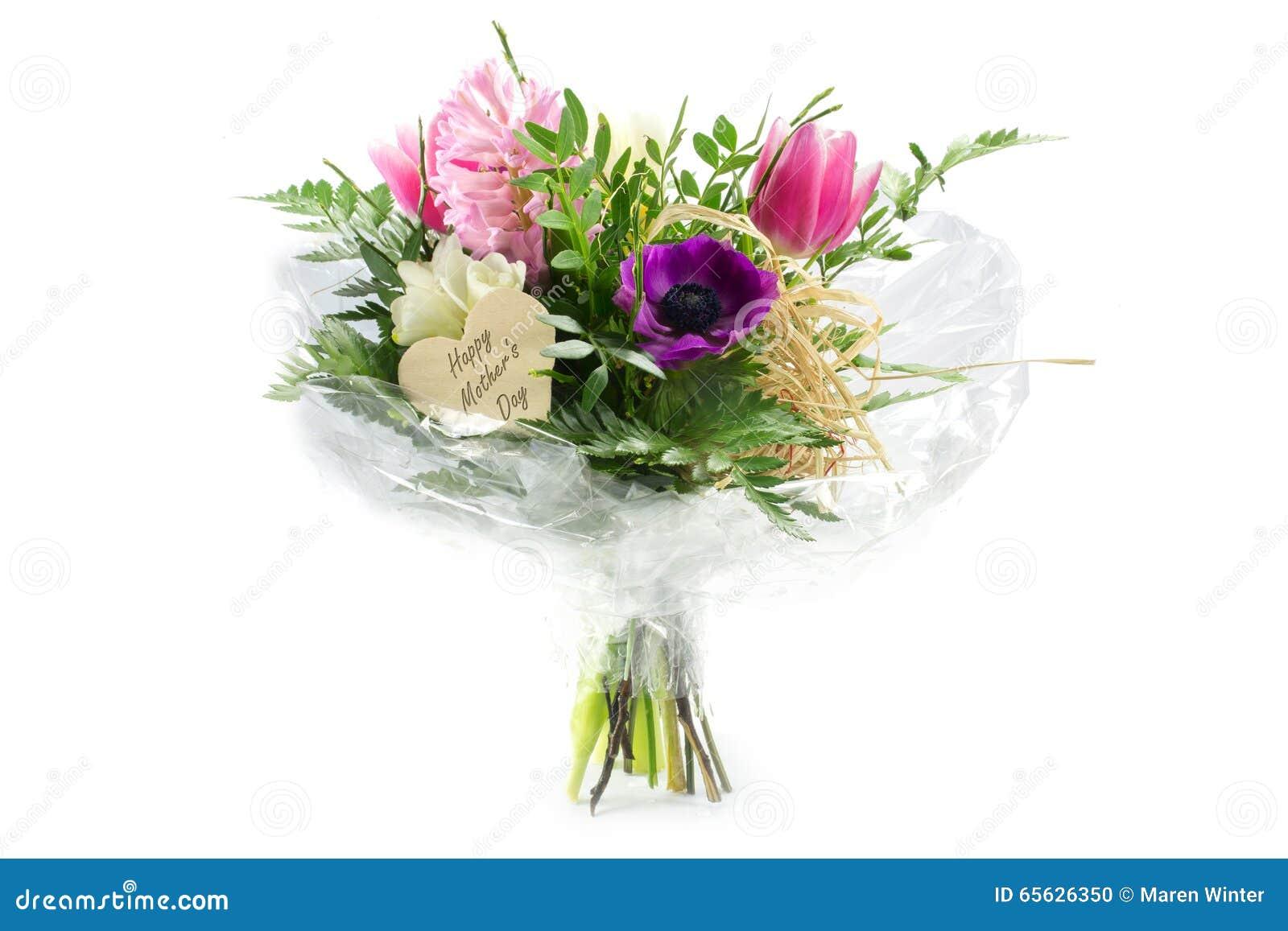Fleurissez le bouquet dans la cellophane avec une forme en bois de coeur, mot des textes