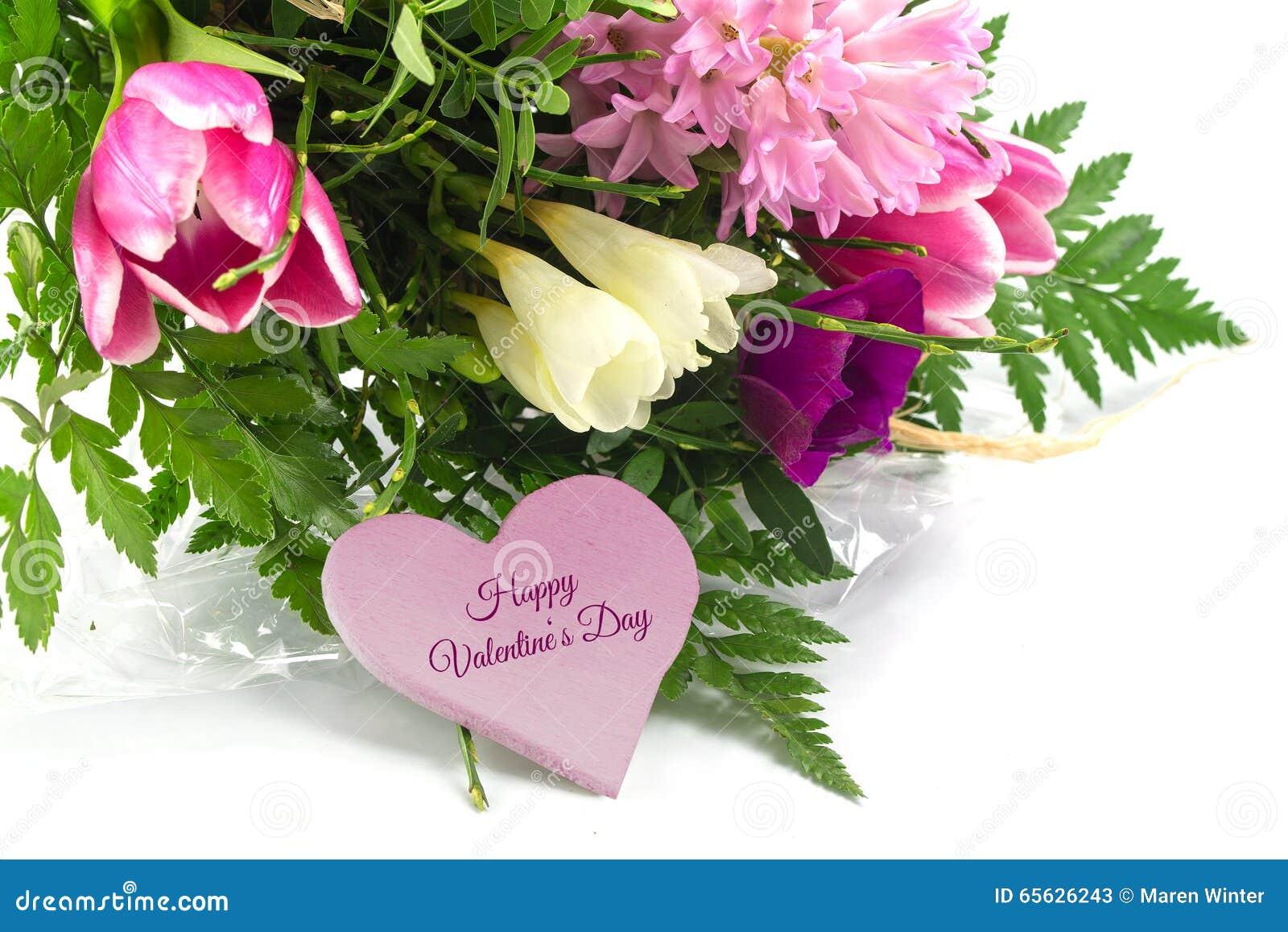 Fleurissez le groupe et une forme rose de coeur avec la valentine heureuse des textes