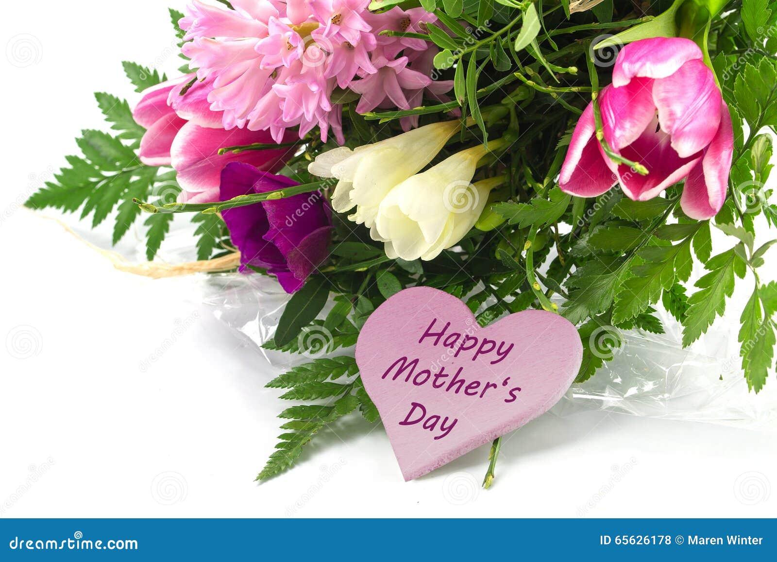Fleurissez le groupe et une forme rose de coeur avec le jour de mère heureux des textes