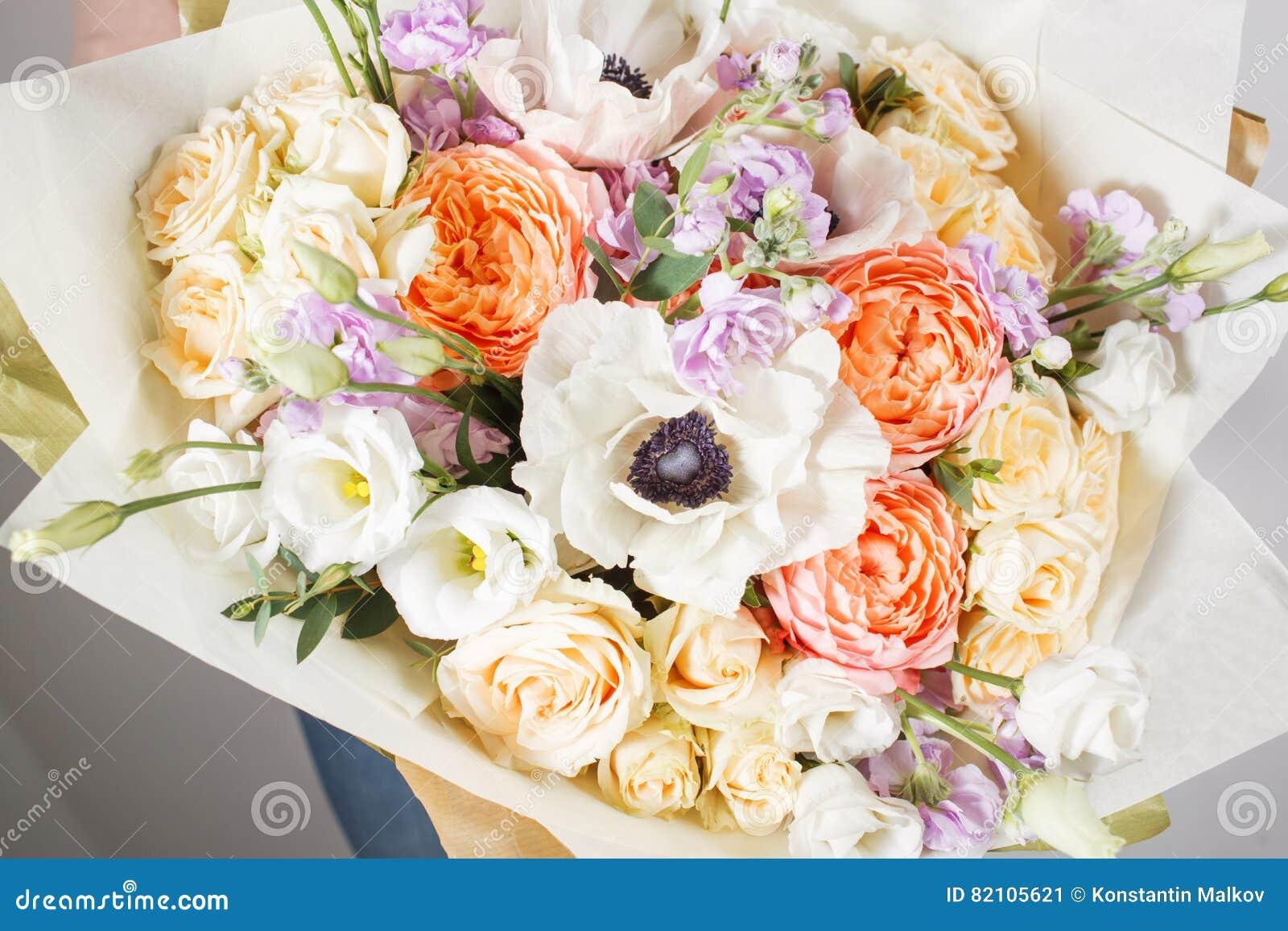 Fleuriste Au Travail Faites A Bouquet Riche La Couleur Differente Et