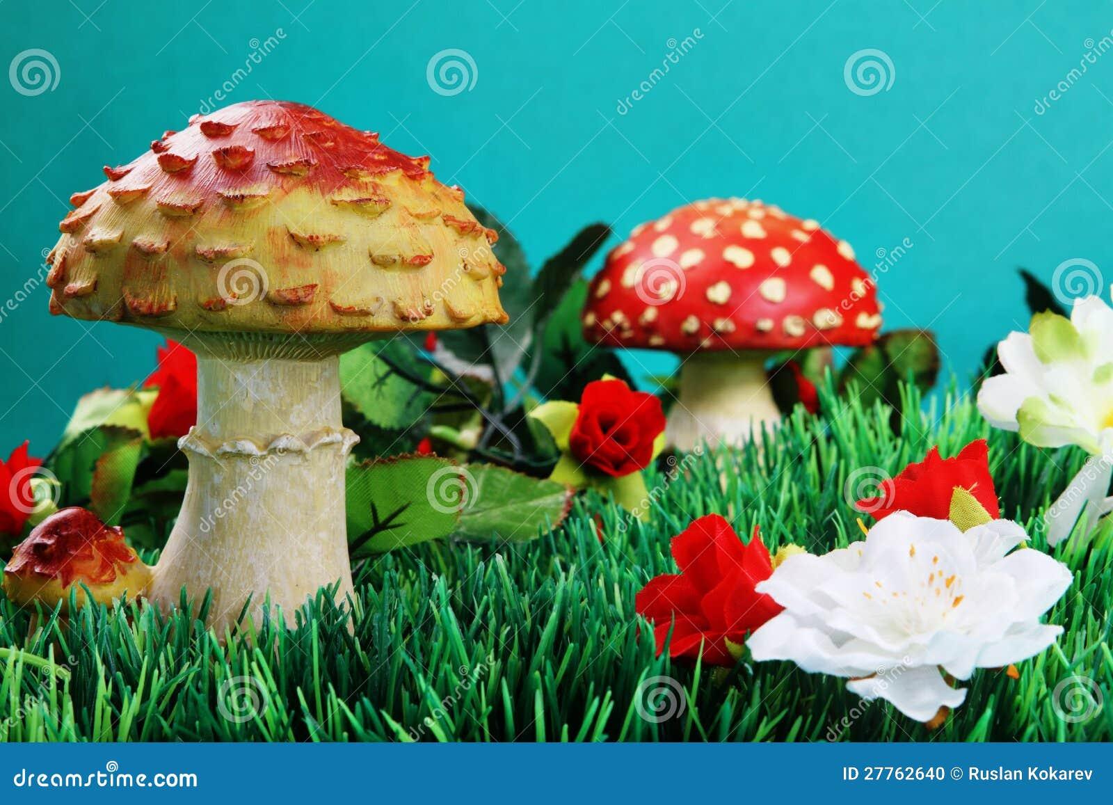 Fleurs artificielles et champignons de couche.