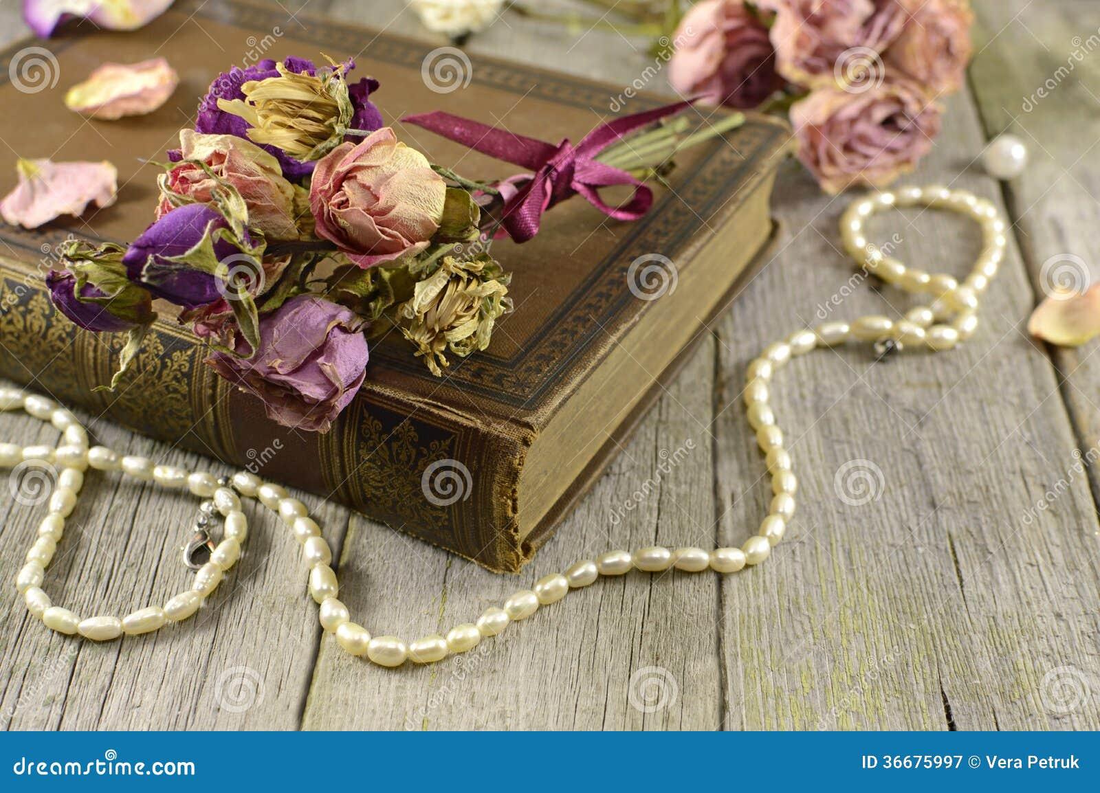 Fleurs avec le vieux livre photographie stock libre de for Fleurs livres a domicile