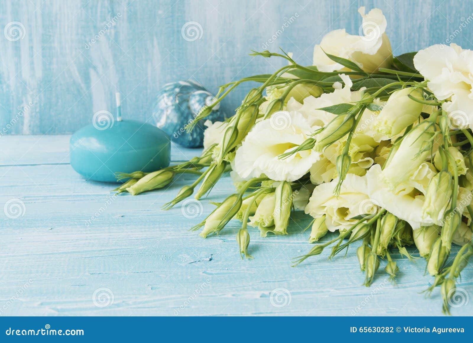 Fleurs blanches se trouvant sur un conseil en bois bleu