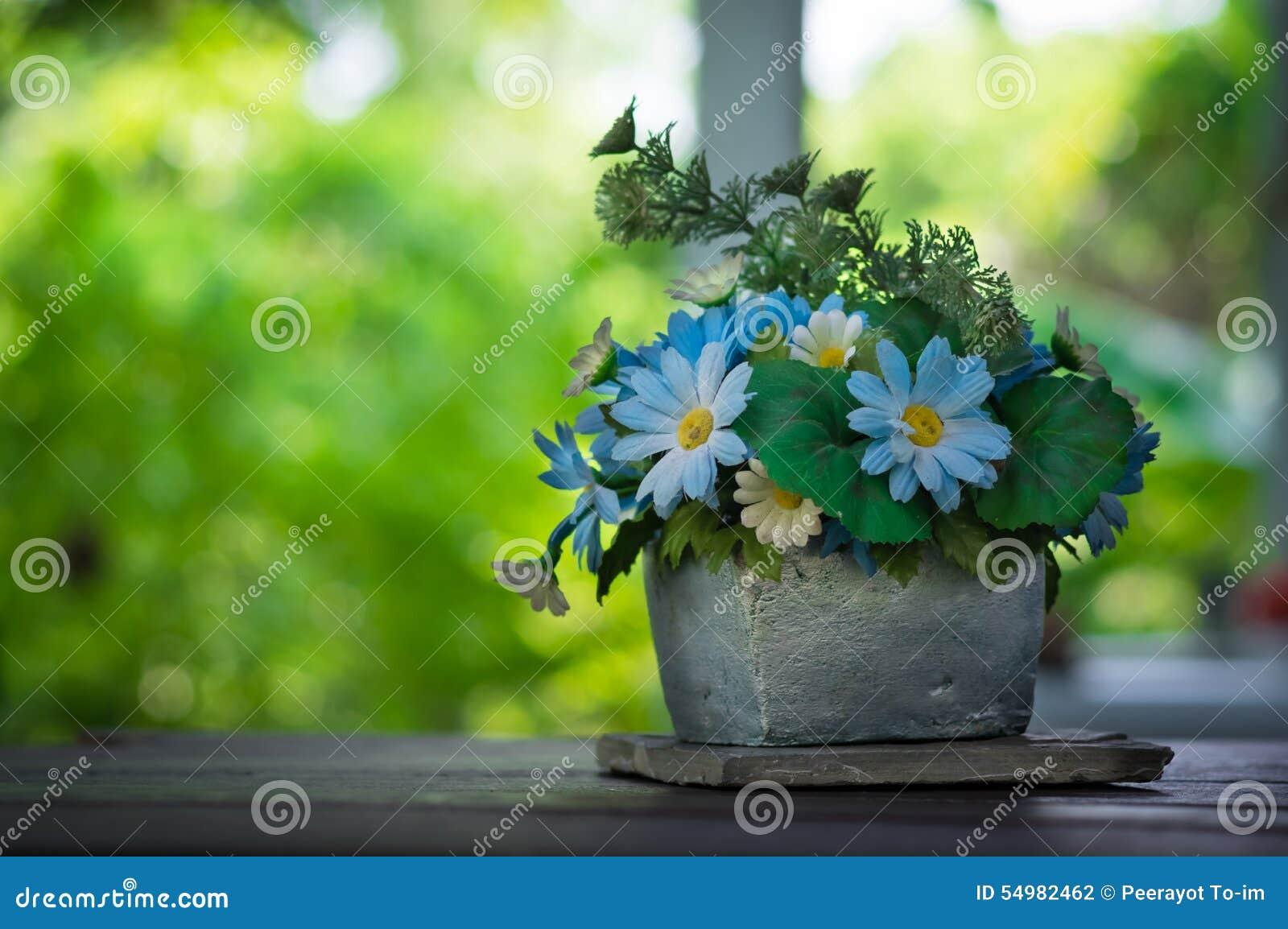 Fleurs bleues dans le vase en pierre