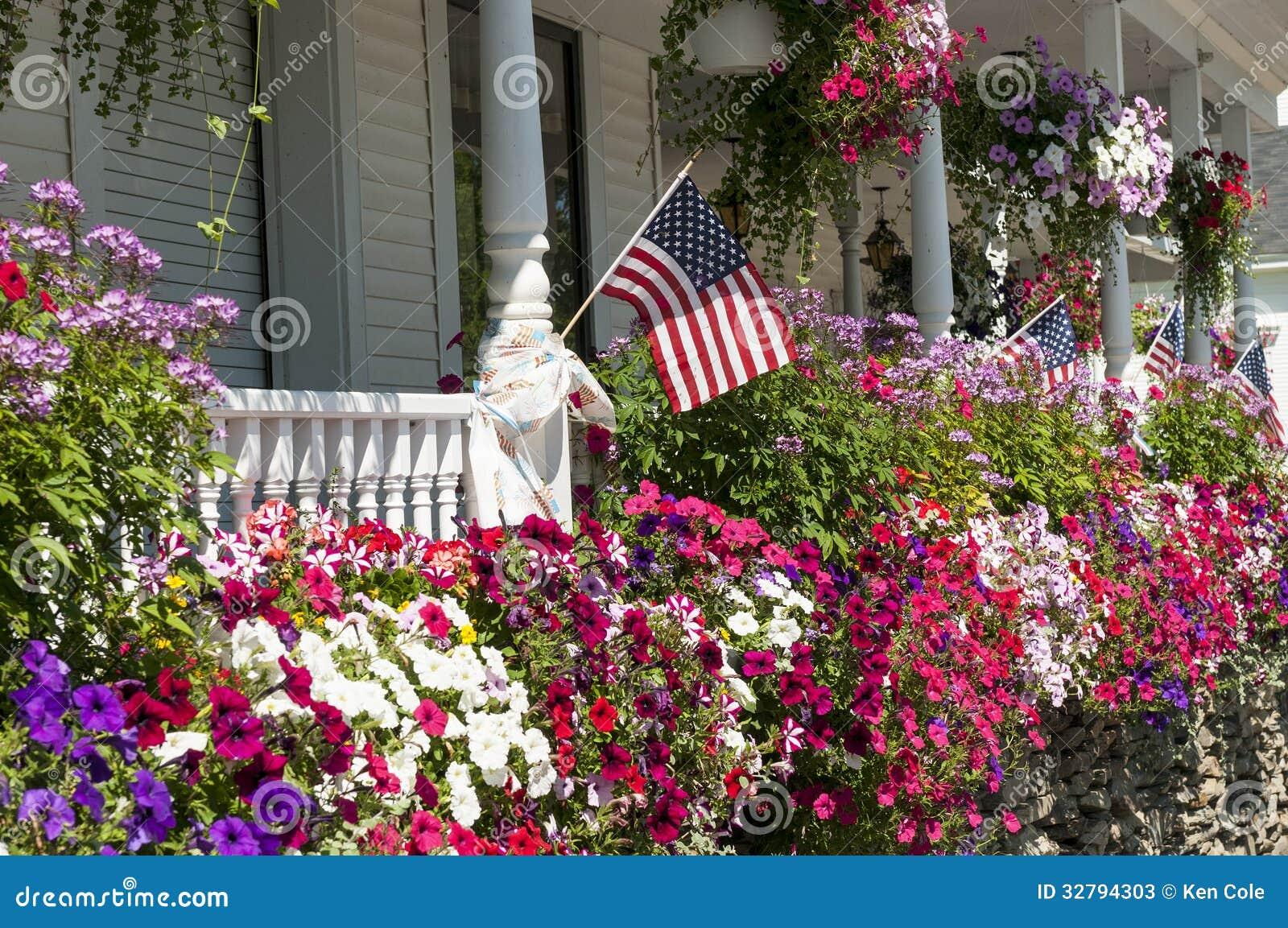 Fleurs colorées sur le porche de maison