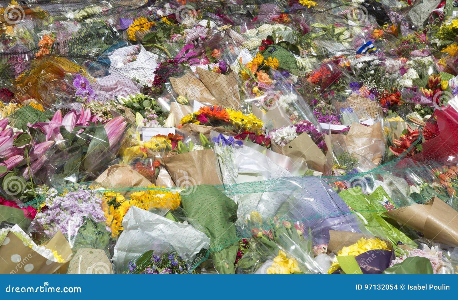 Fleurs dans les souvenirs à une attaque terroriste à Londres