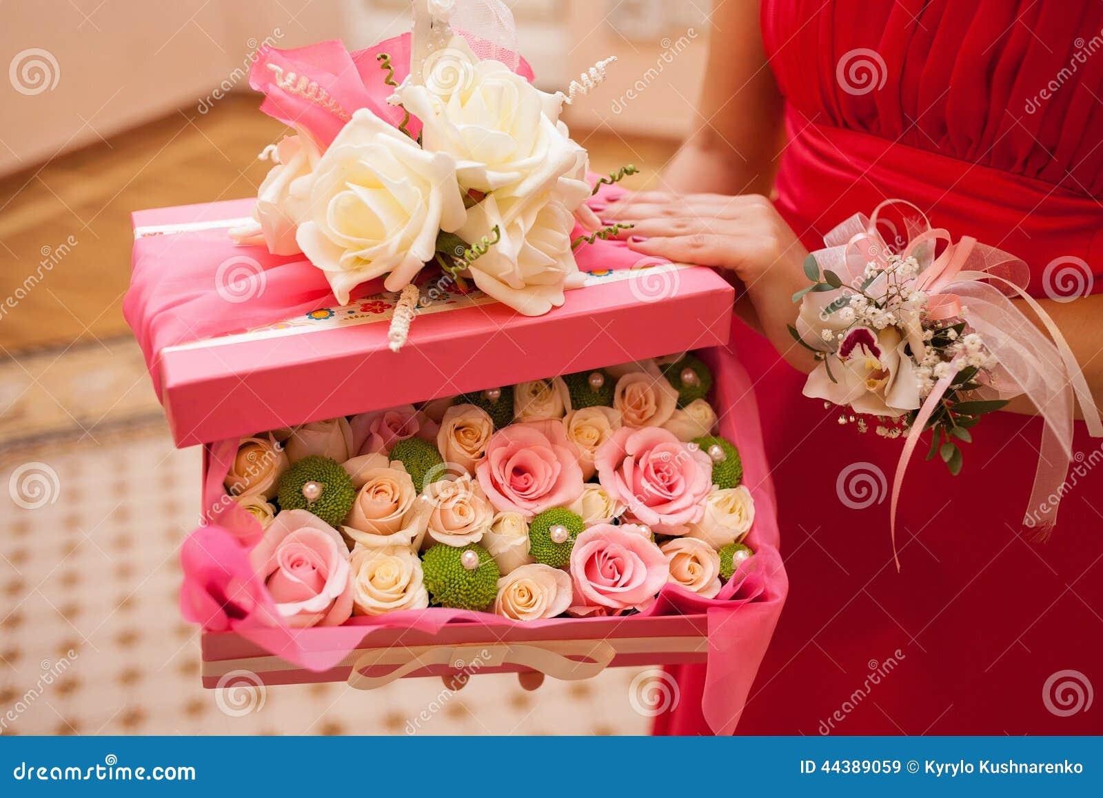 Boite de fleurs roses id e d 39 image de fleur for Bouquet de fleurs dans une boite