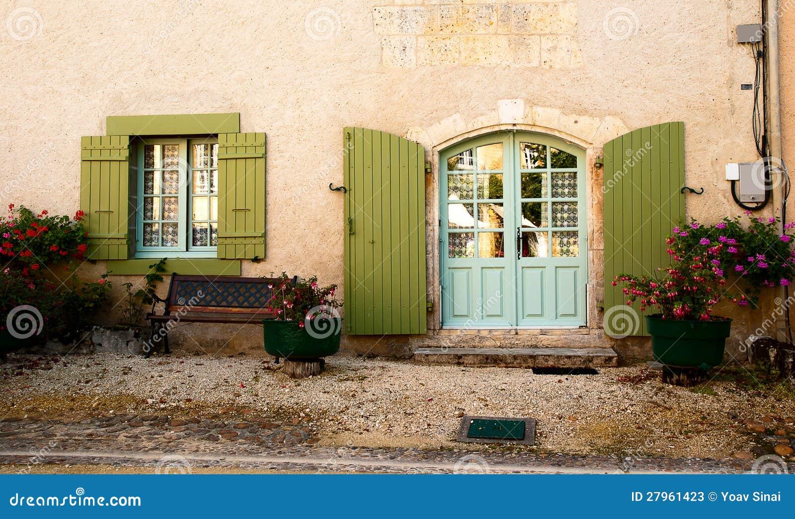 fleurs de banc d 39 hublot de trappe de fa ade photos stock image 27961423. Black Bedroom Furniture Sets. Home Design Ideas