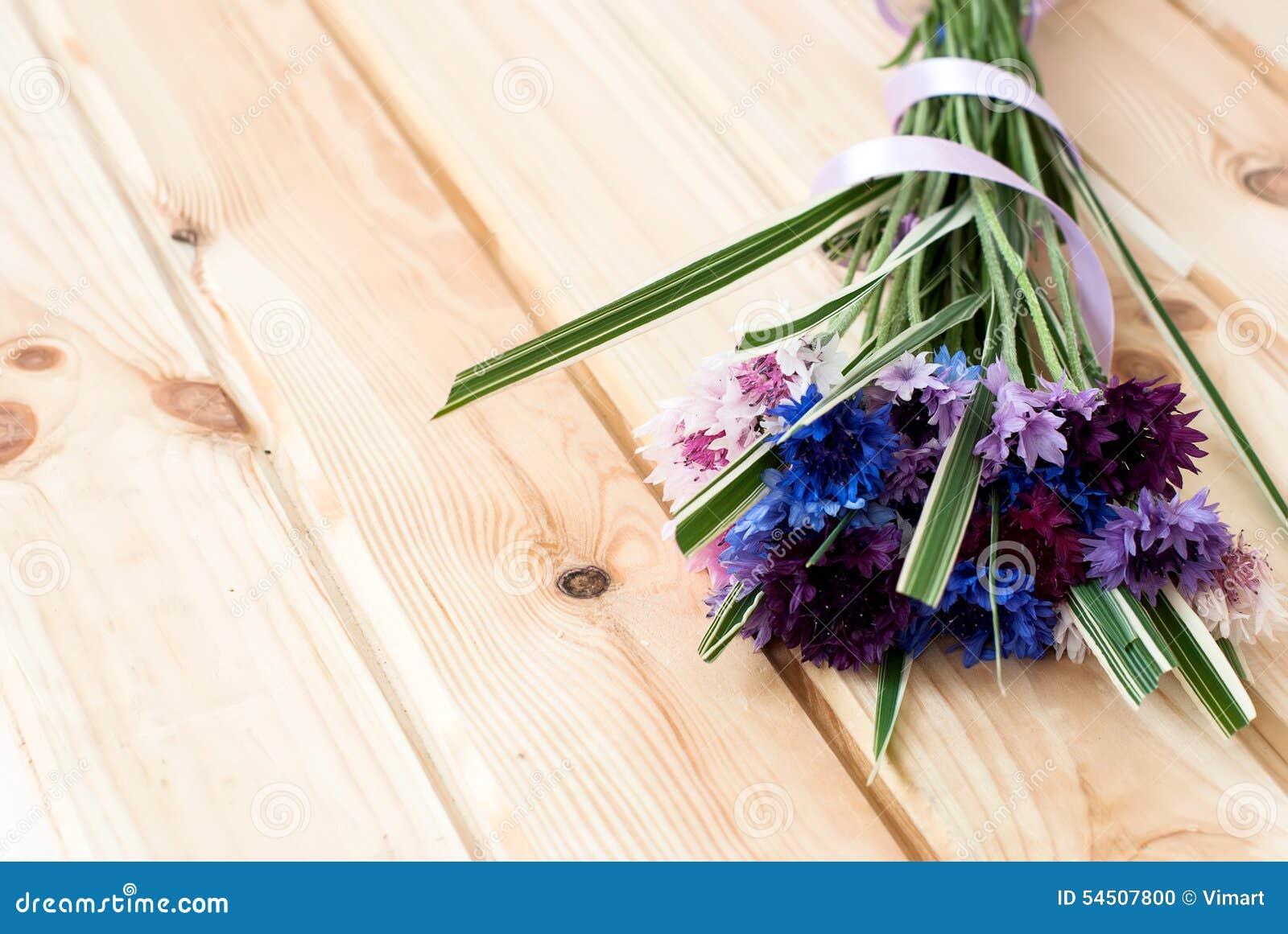 Fleurs de bleuets sur un fond en bois