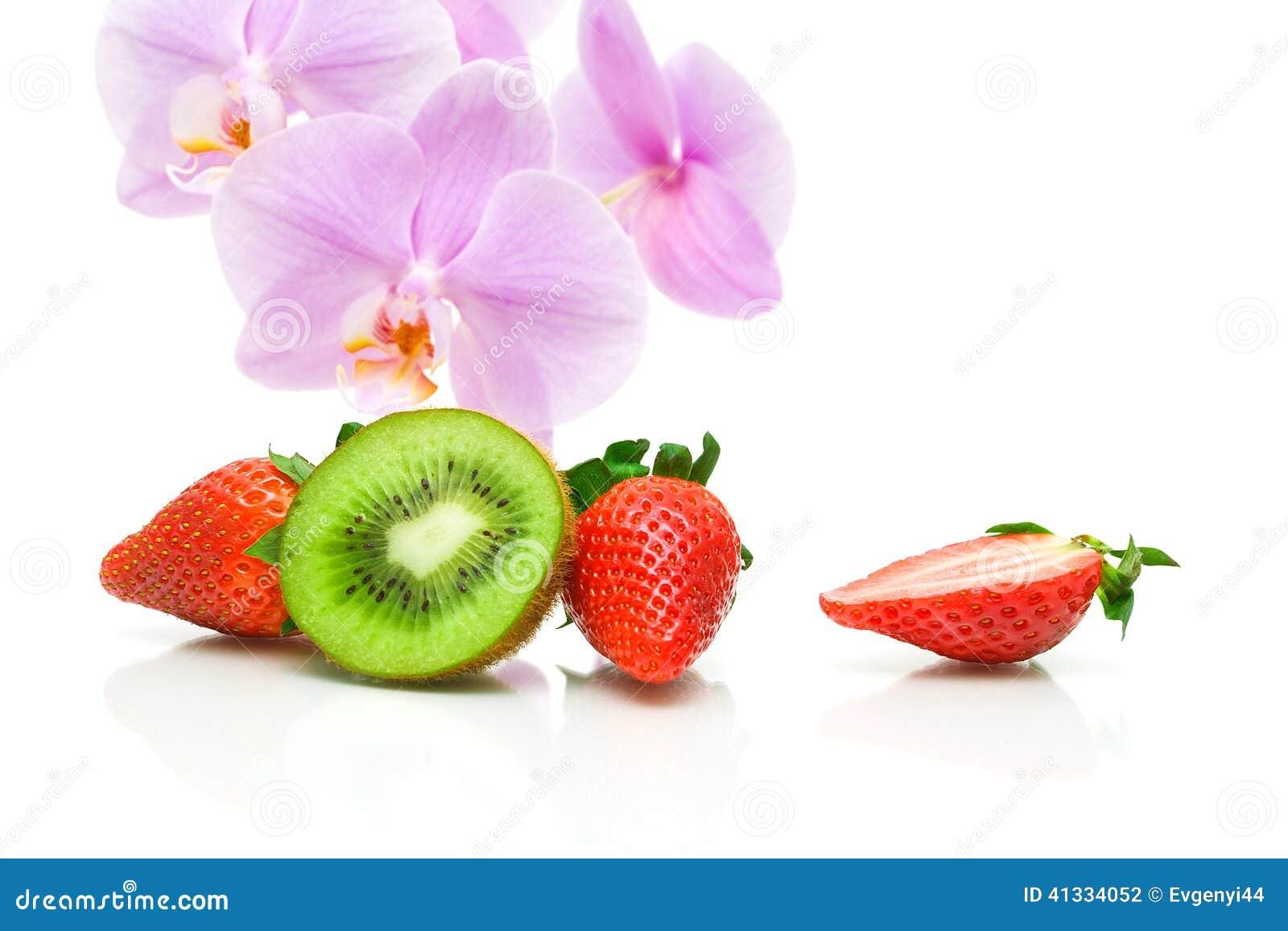 fleurs de fraises de kiwi et d 39 orchid e sur un fond blanc photo stock image du. Black Bedroom Furniture Sets. Home Design Ideas