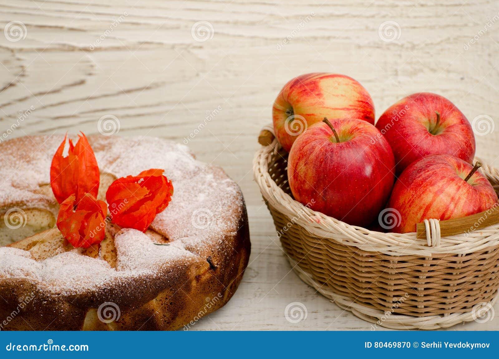 Fleurs De Tarte Aux Pommes De Physalis Et Pommes Mures Sur Une