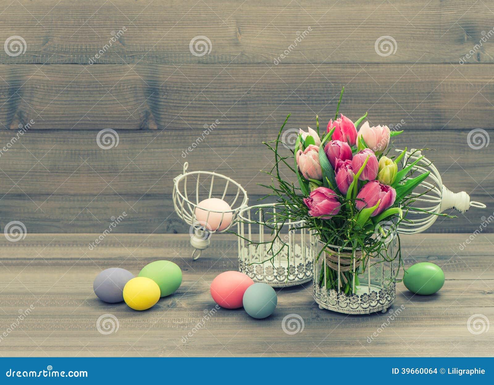 Fleurs de tulipe et oeufs de pâques roses. style de vintage
