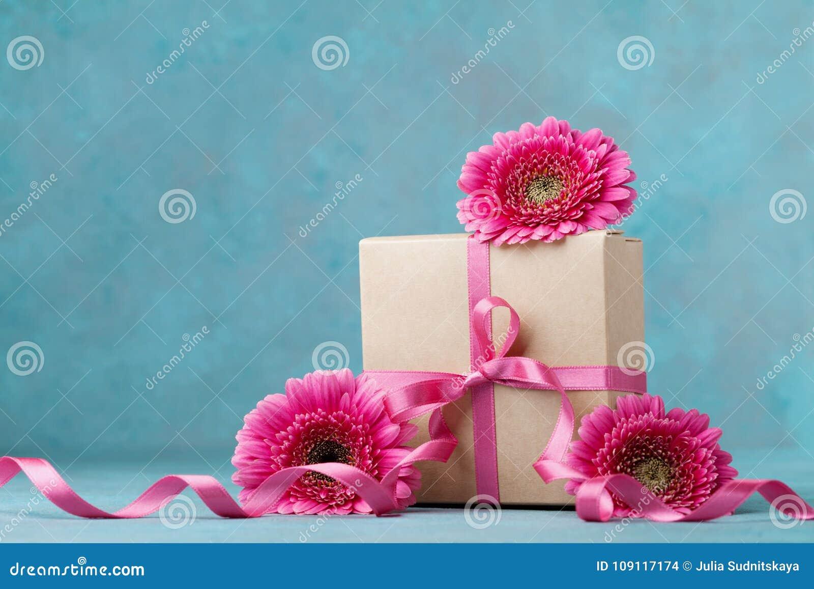 Fleurs Et Boite Cadeau Roses Avec Le Ruban Sur La Table De Turquoise