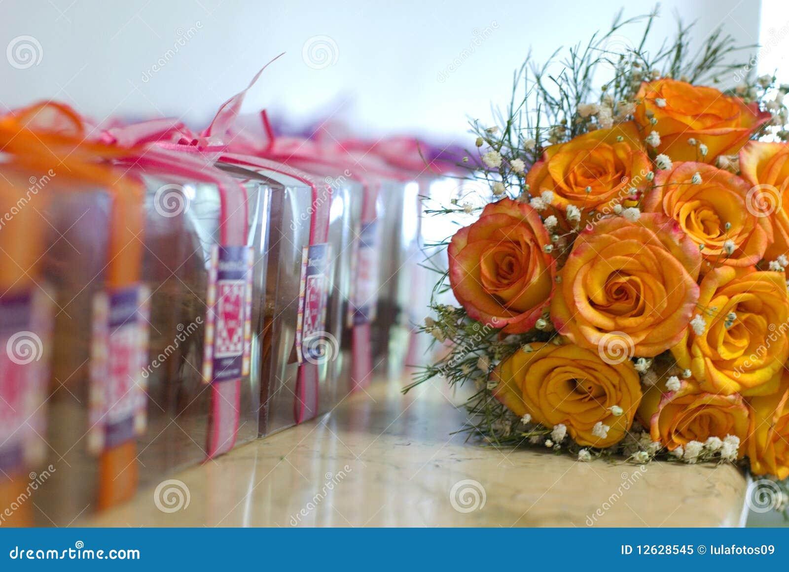Fleurs et cadeaux photo libre de droits image 12628545 for Fleurs et cadeaux