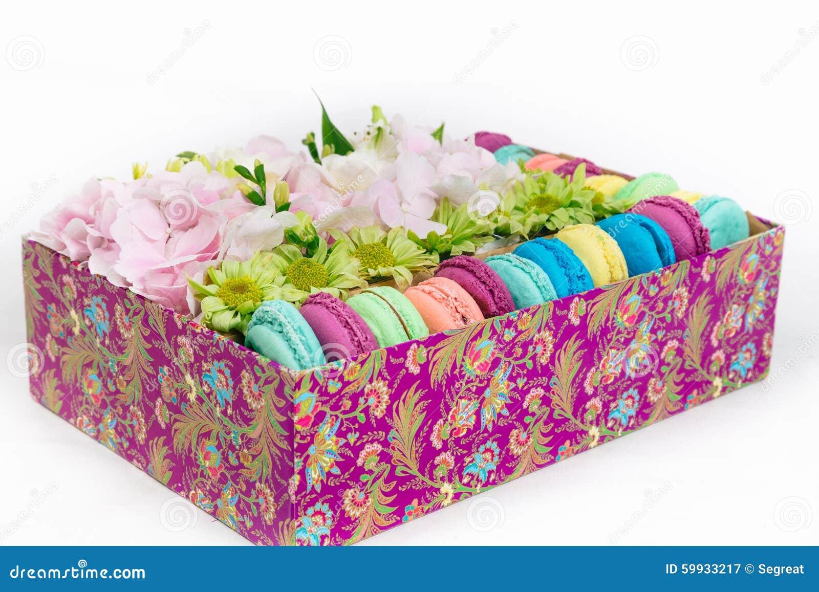 Fleurs et macaron dans la bo te photo stock image 59933217 for Bouquet de fleurs dans une boite