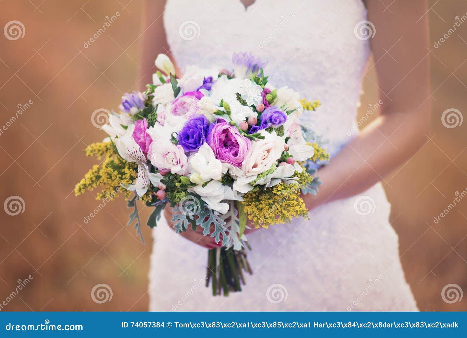 Fleurs et mariée de mariage